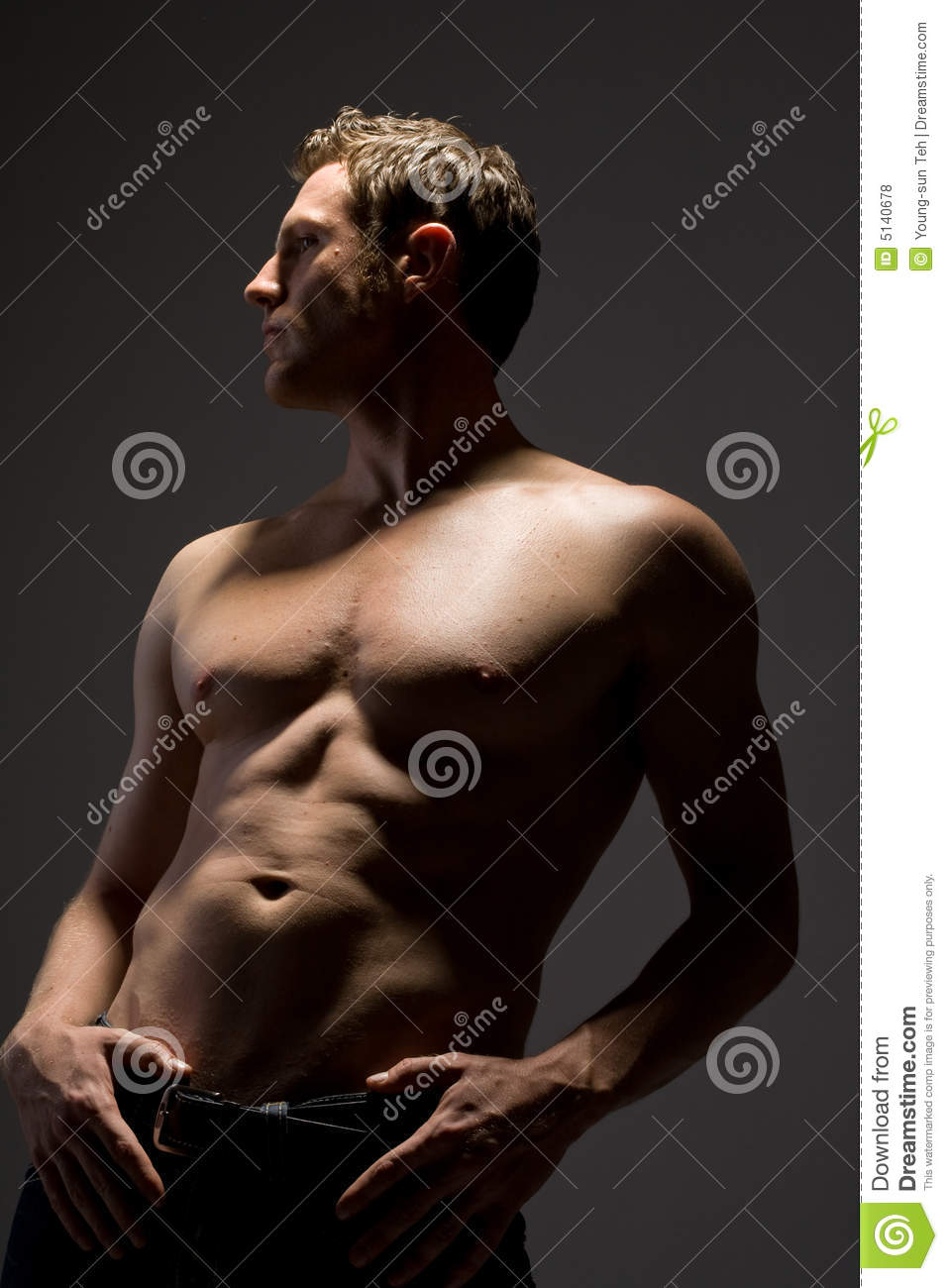 Uomo topless bello in jeans