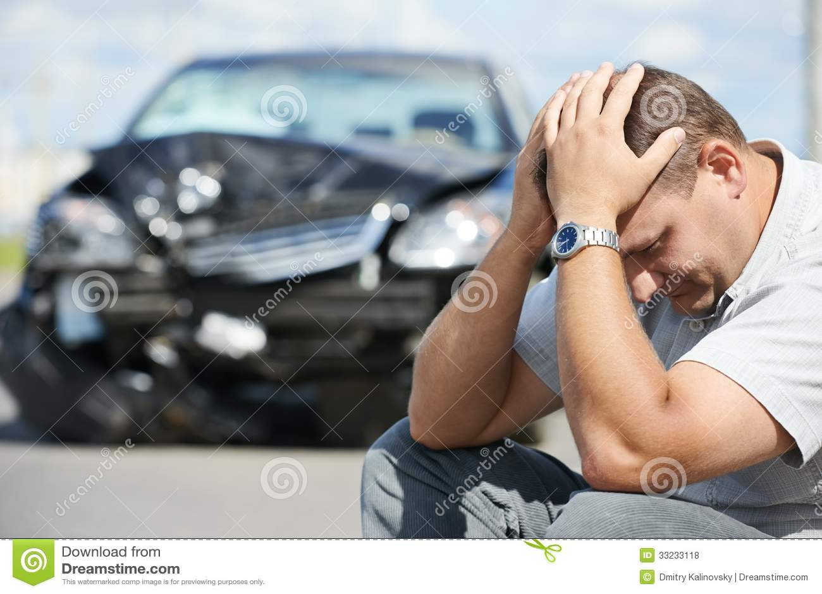 Uomo turbato dopo l incidente stradale