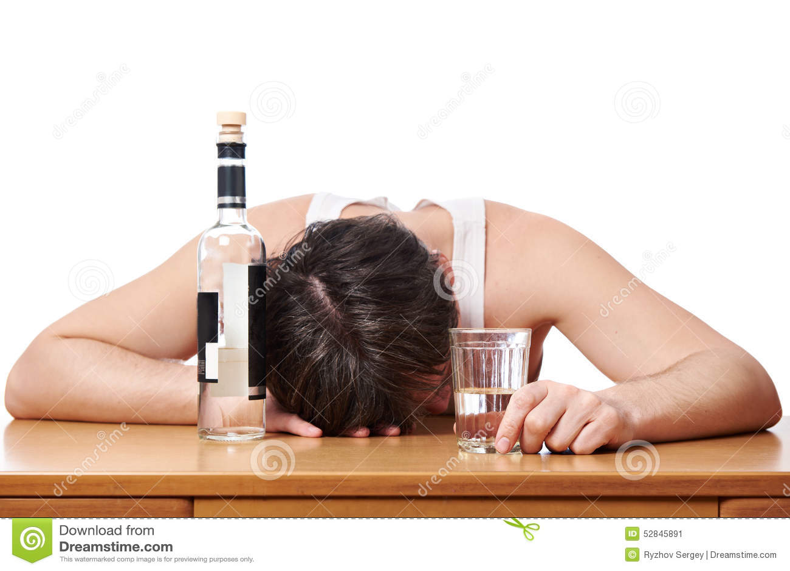 Uomo ubriaco addormentato alla tavola con vetro di vodka for A tavola con guy