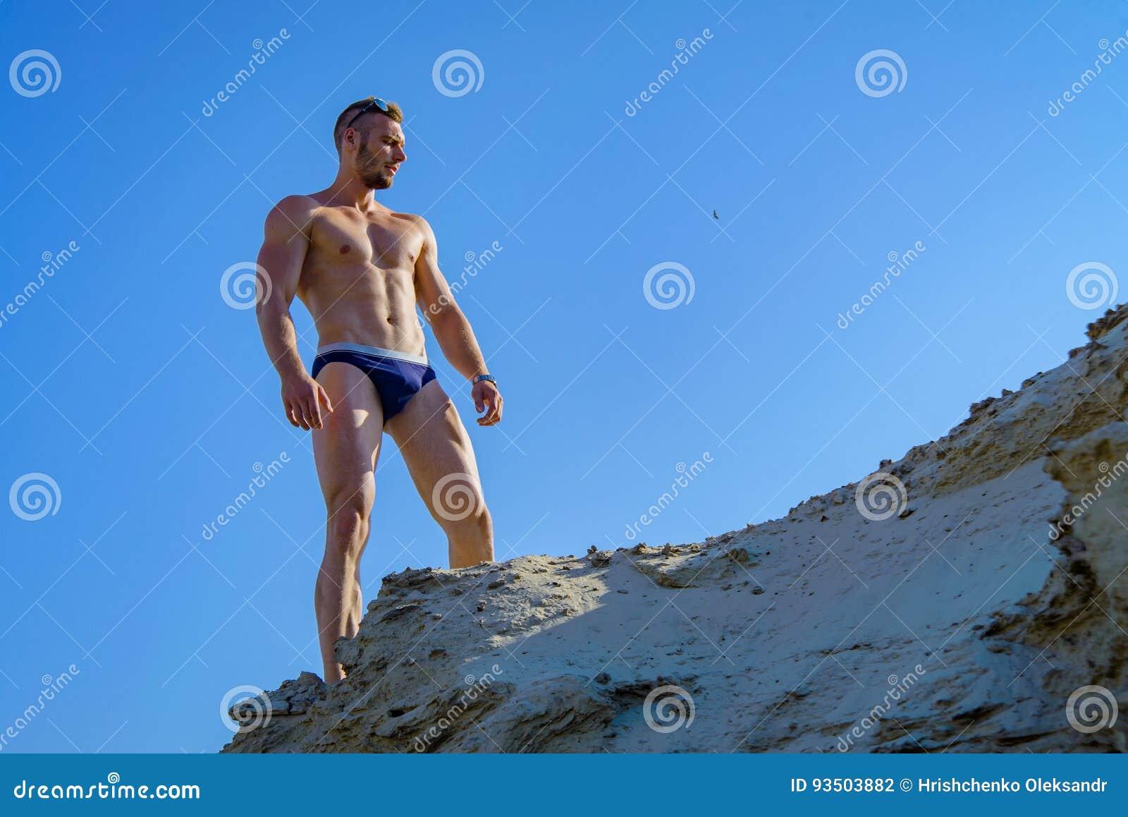 c336bef6e556 Uomo In Un Costume Da Bagno Sulla Spiaggia Fotografia Stock ...