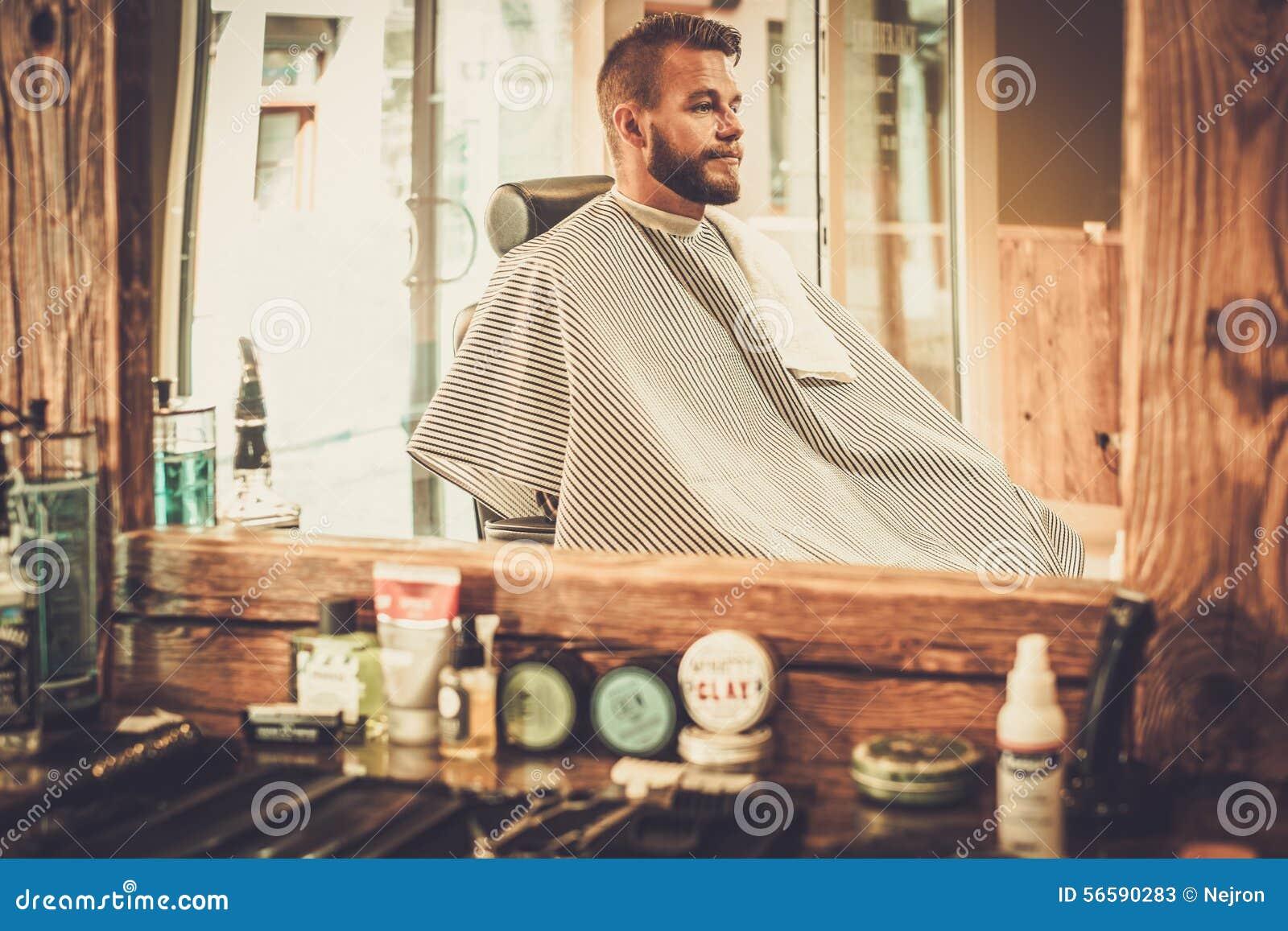 Uomo in un negozio di barbiere