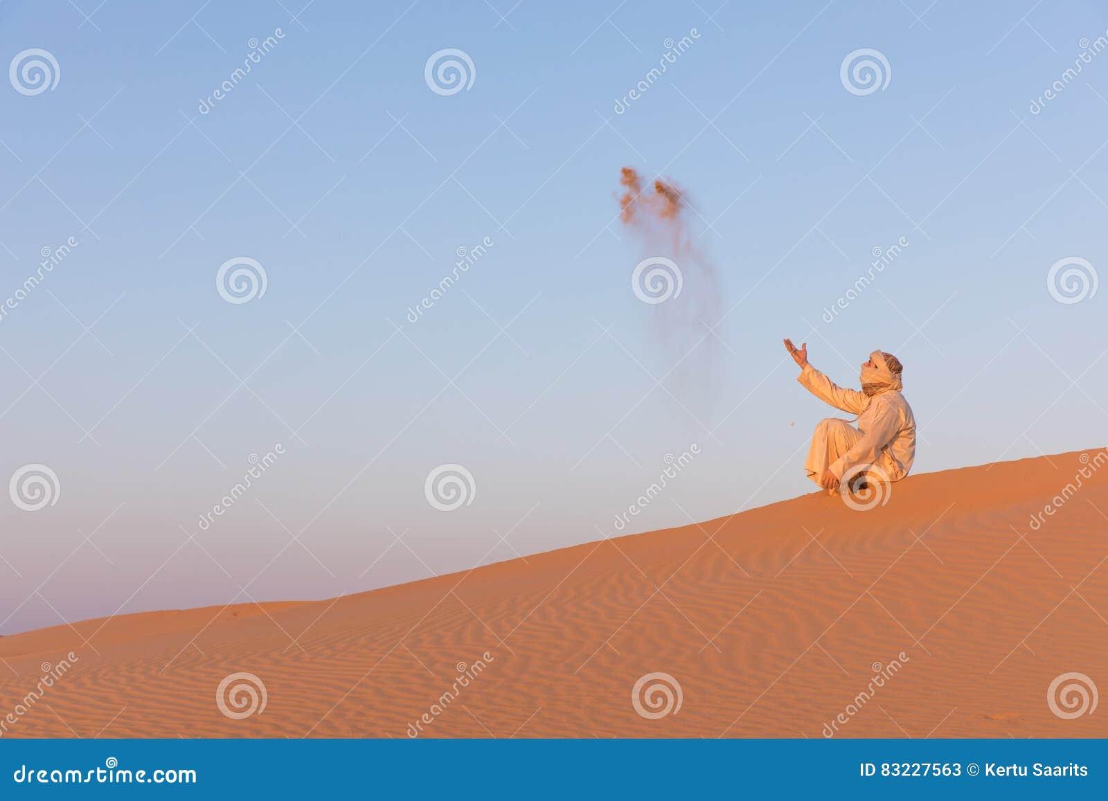 Uomo in un vestito arabo tradizionale