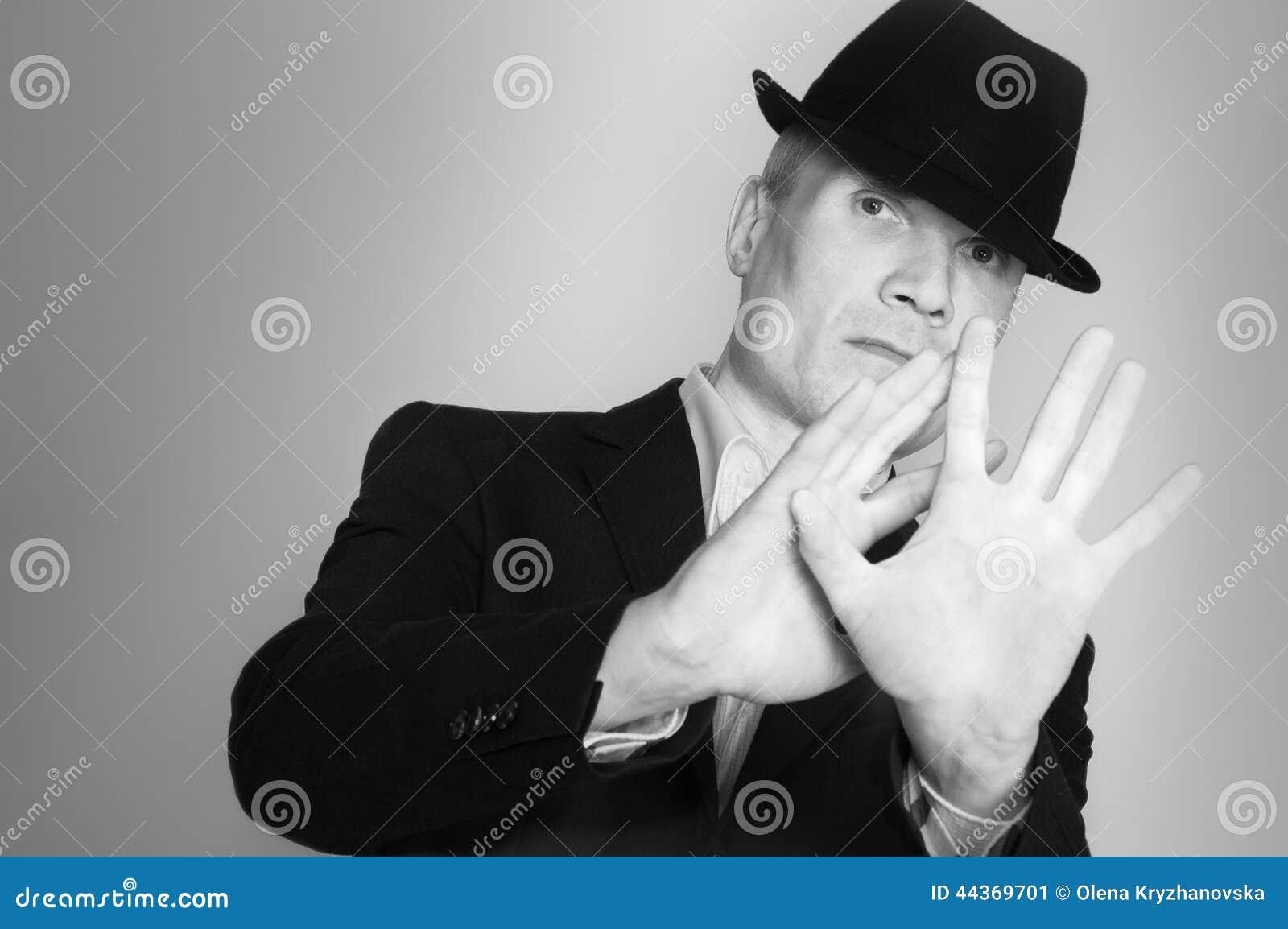 Uomo in vestito e black hat