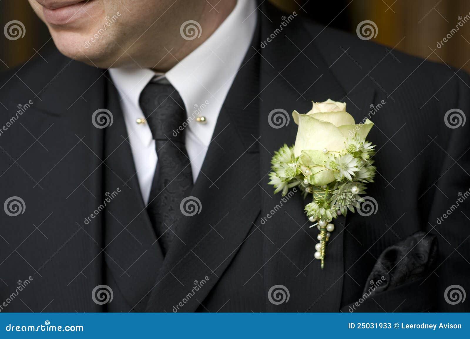 Uomo in vestito nero con l occhiello di rosa di bianco