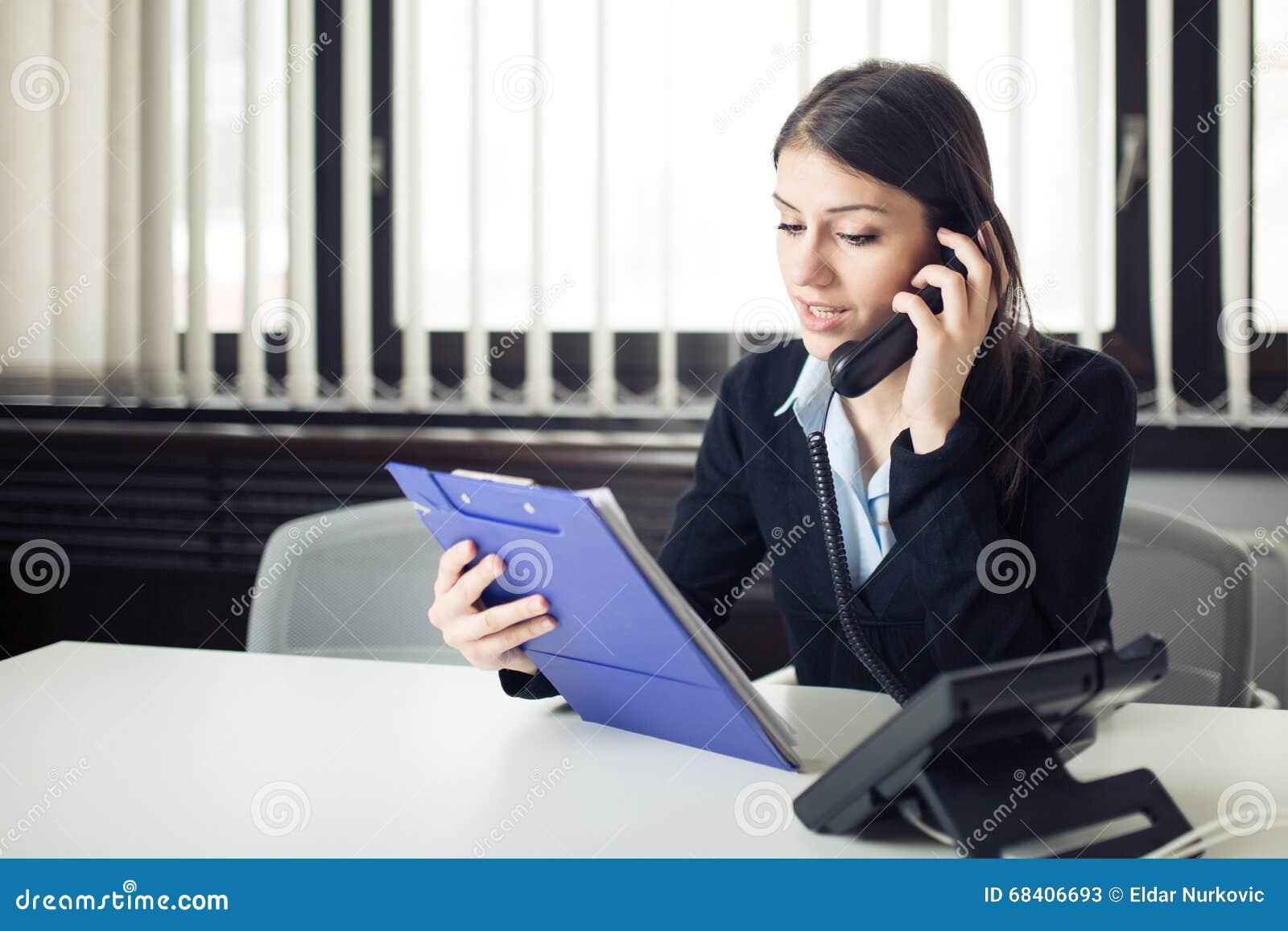 Uorganizowanego odpowiedzialnego urzędnika biznesowa kobieta daje instrukcjom przez rozmowy telefonicza Patrzeć wprawiać w zakłop