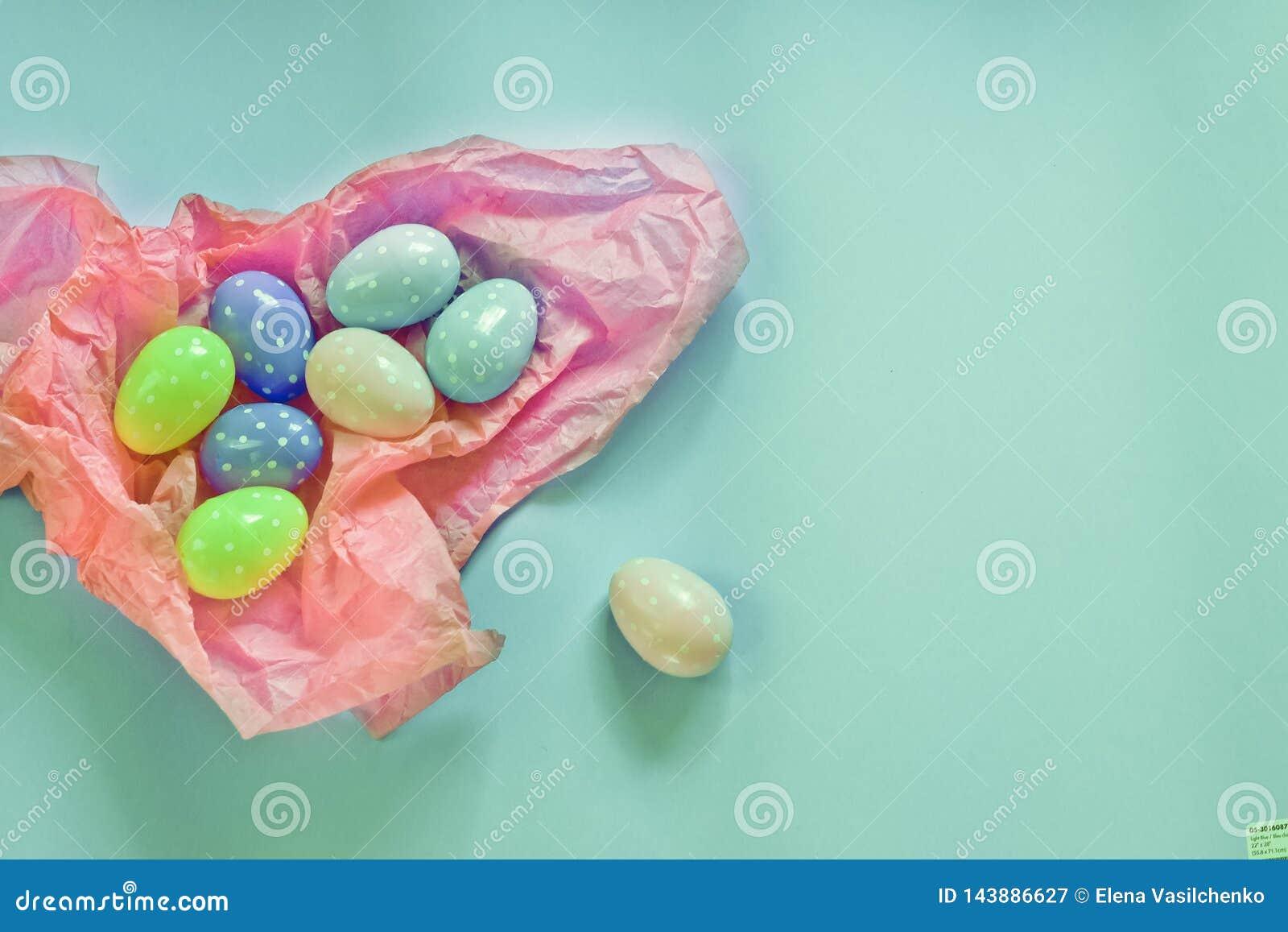 Uova colorate e piccoli mucchi lanuginosi come simbolo di Pasqua uova fatte del foamiran