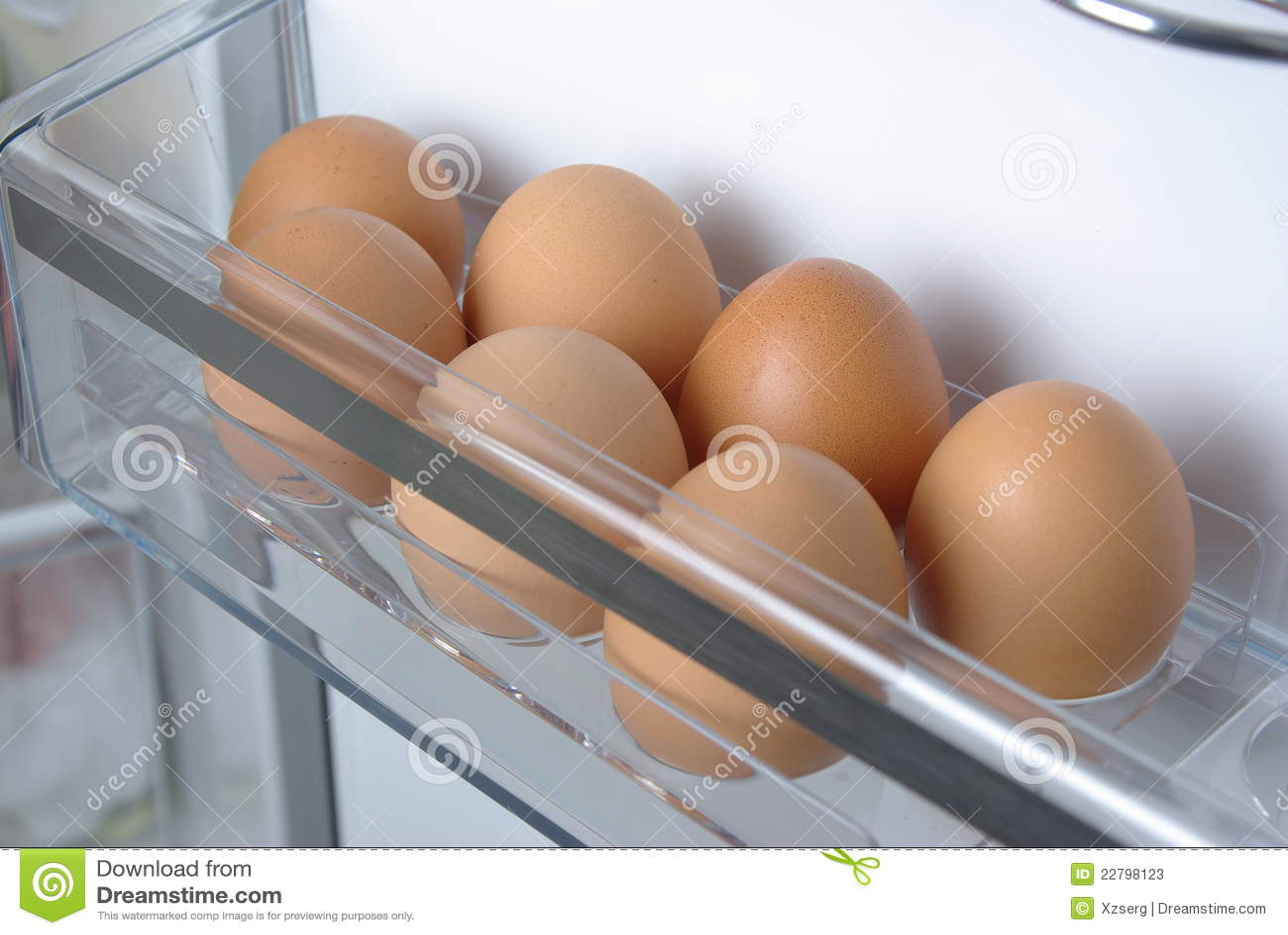 Uova del pollo nel frigorifero