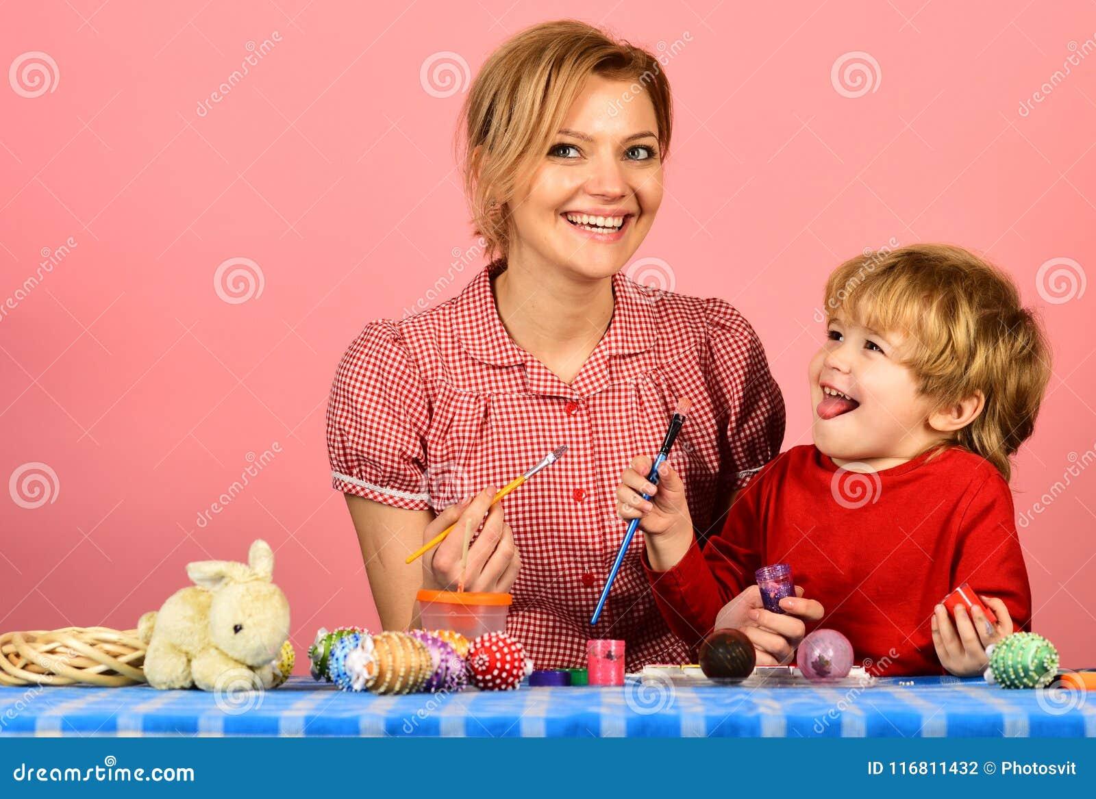 Uova della pittura del figlio e della madre per Pasqua