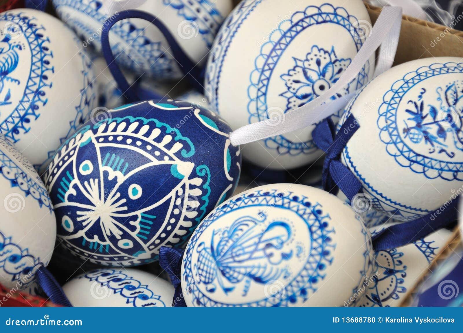 Uova di pasqua blu e bianche tradizionali fatte a mano - Uova di pasqua decorati a mano ...