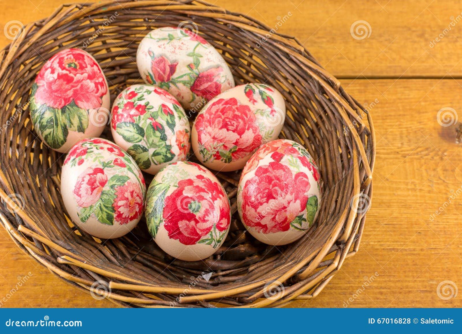 Uova di pasqua decorate in un canestro fotografia stock - Pasqua uova decorate ...