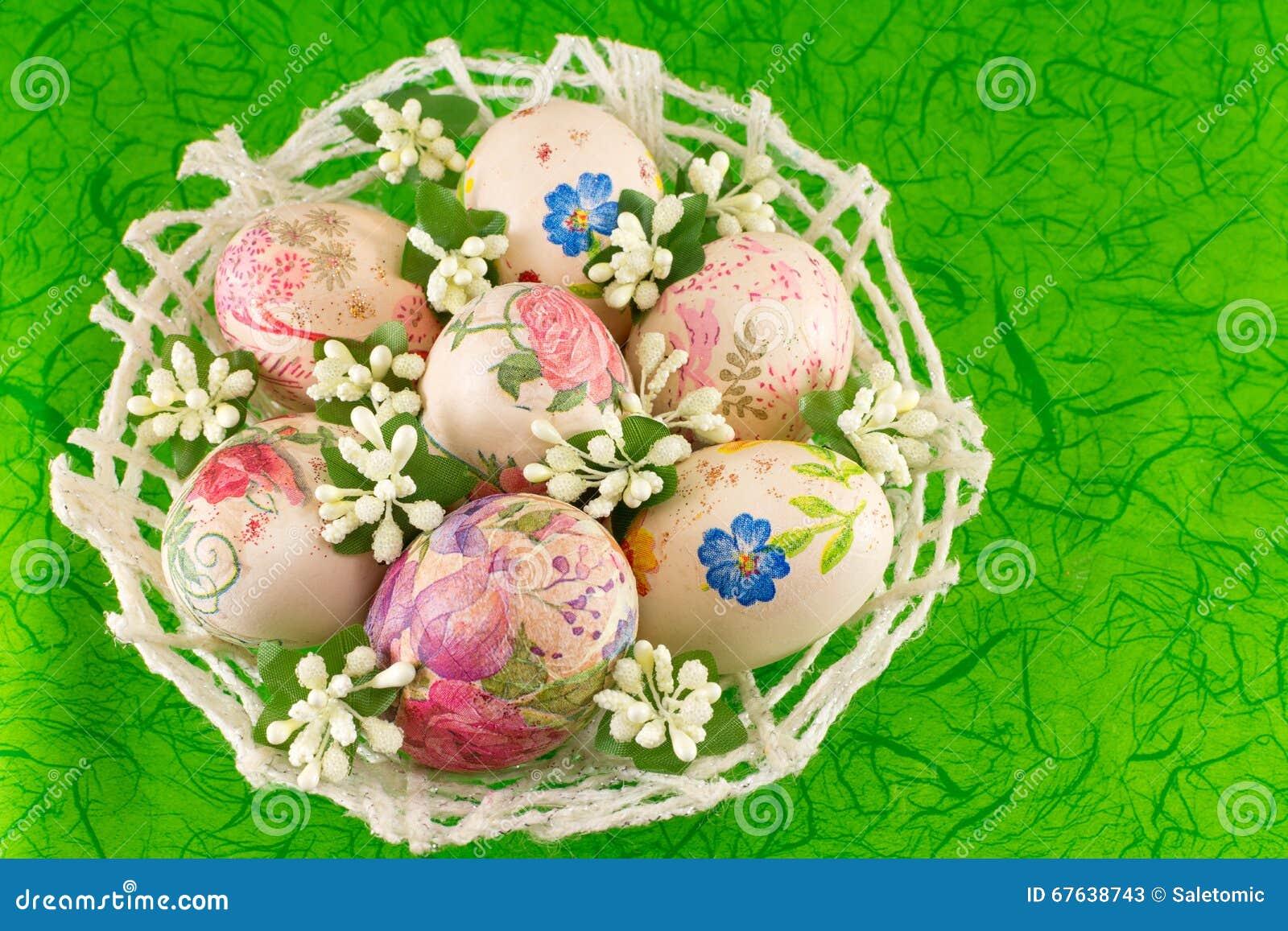 Uova di pasqua decorate in un canestro immagine stock - Pasqua uova decorate ...