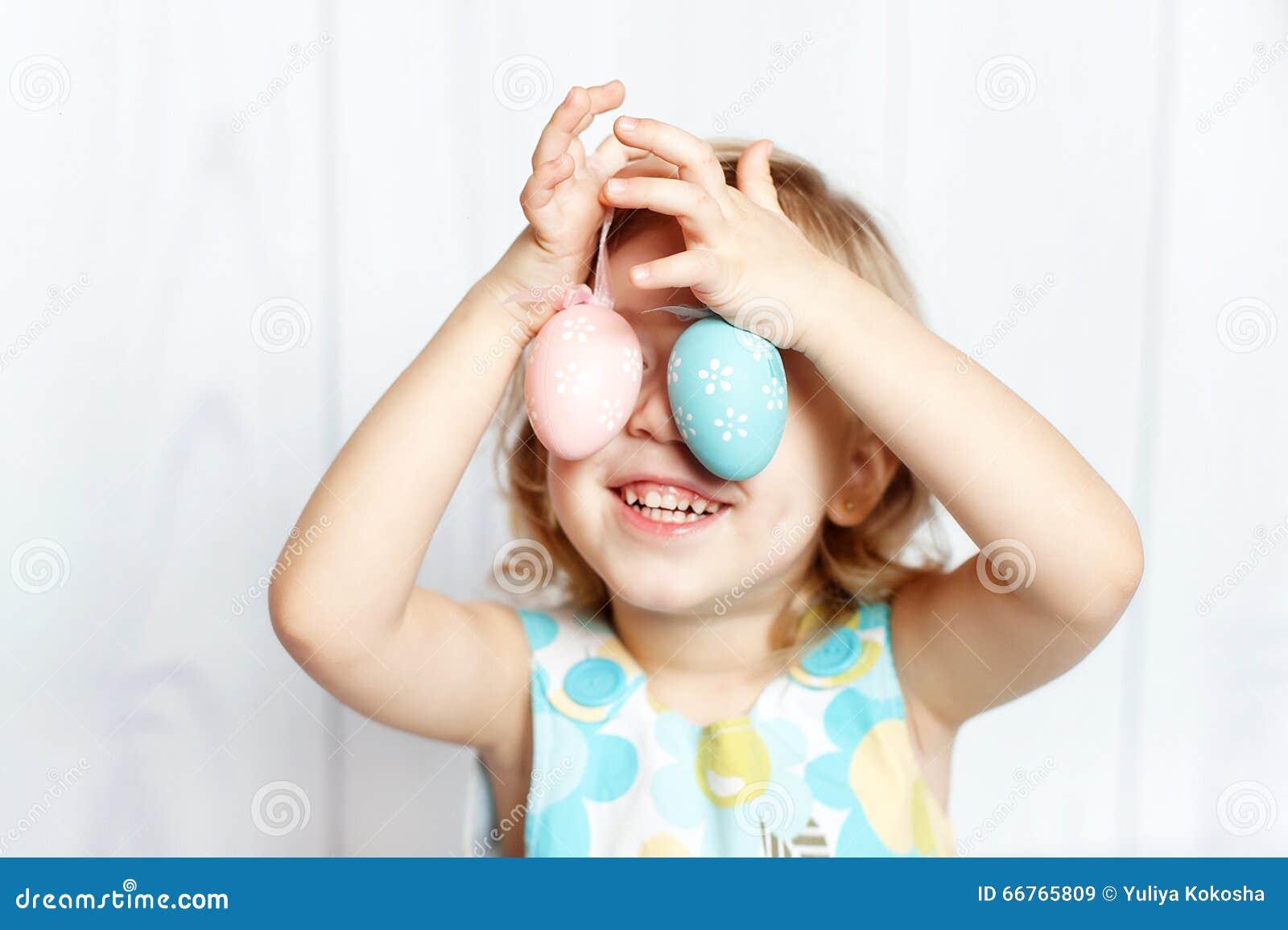 Uova di Pasqua Della holding della ragazza