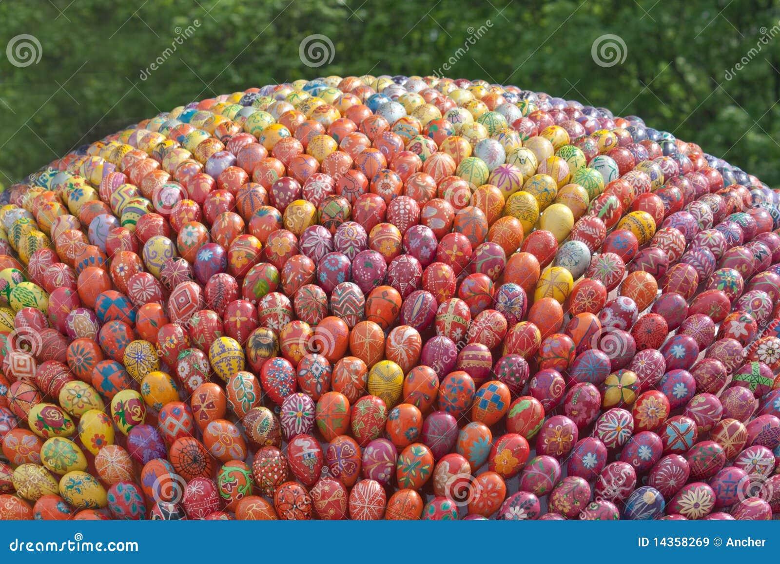 Uova di pasqua dipinte a mano variopinte immagini stock - Uova di pasqua decorati a mano ...