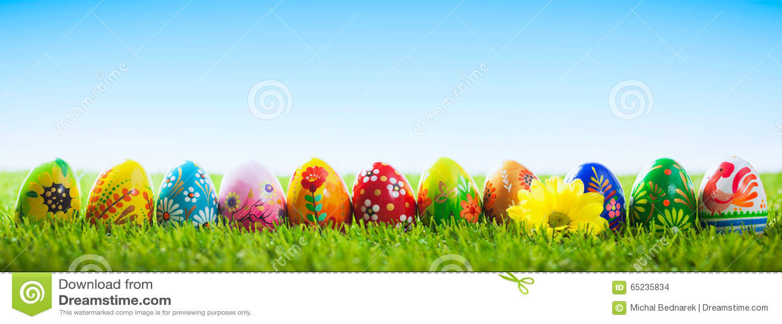 Uova di Pasqua dipinte a mano variopinte su erba Insegna, panoramica