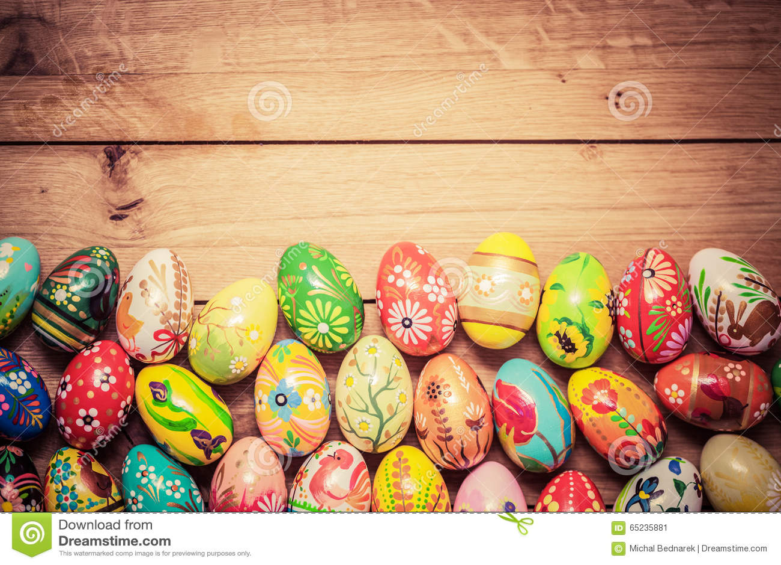 Uova di Pasqua dipinte a mano variopinte su legno Progettazione fatta a mano e d annata unica