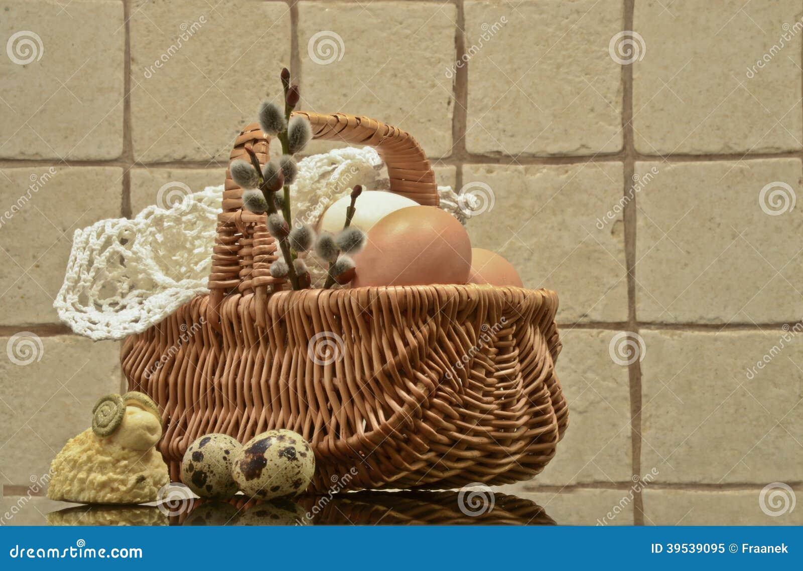 Uova di Pasqua e canestro di Pasqua