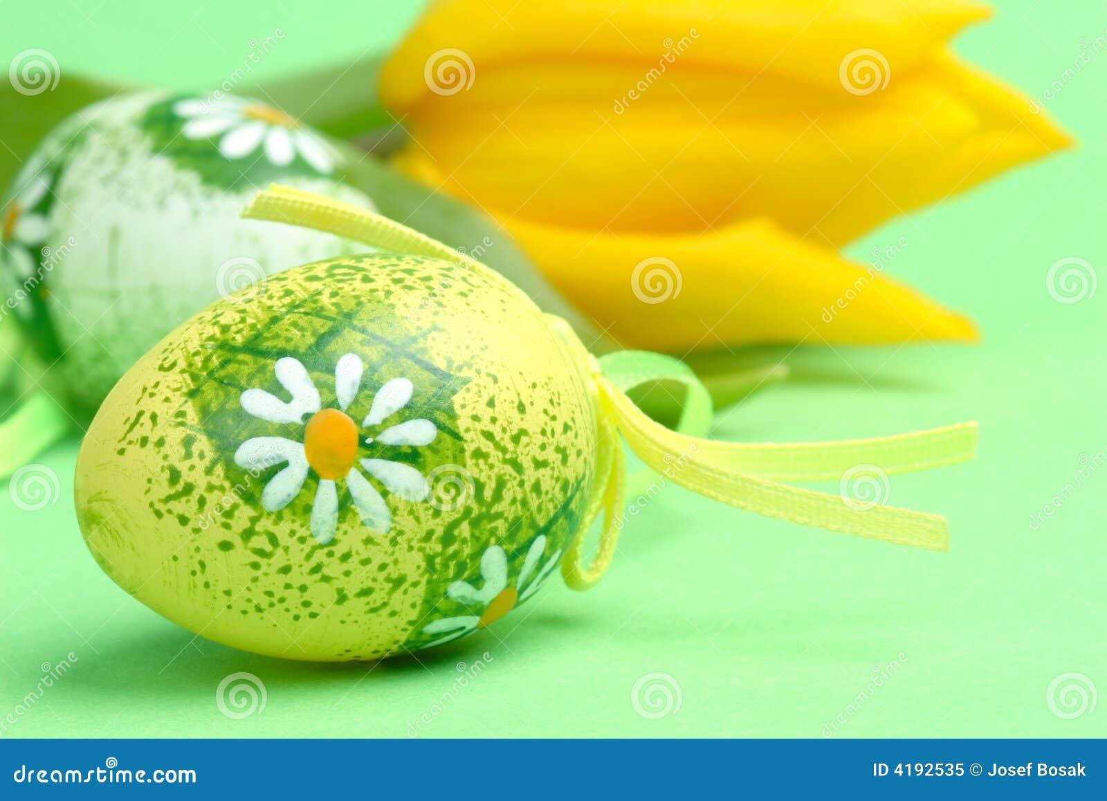Uova di Pasqua e tulipano