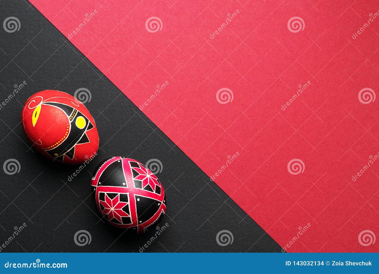 Uova di Pasqua fatte a mano etniche perfette Decorato con i modelli