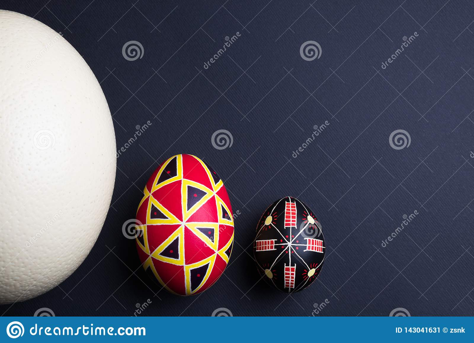 Uova di Pasqua fatte a mano etniche perfette delle dimensioni differenti Decorato con i modelli