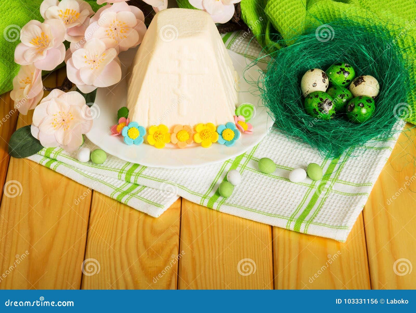 Uova di Pasqua nel dessert del formaggio di Pasqua, del nido, in fiori, in caramella e nella t