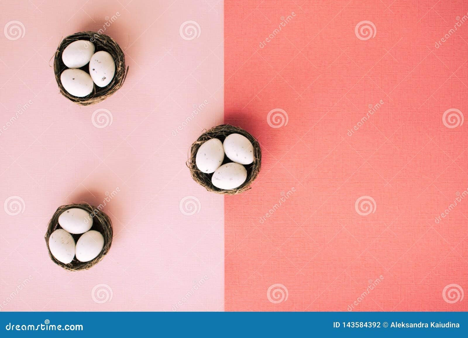 Uova di Pasqua in piccoli canestri