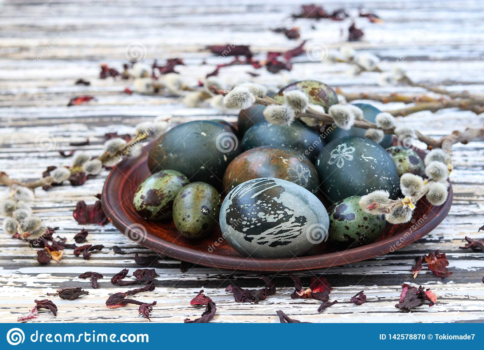 Uova di Pasqua su un piatto, dipinto con tè dai petali di una rosa o di un ibisco sudanese