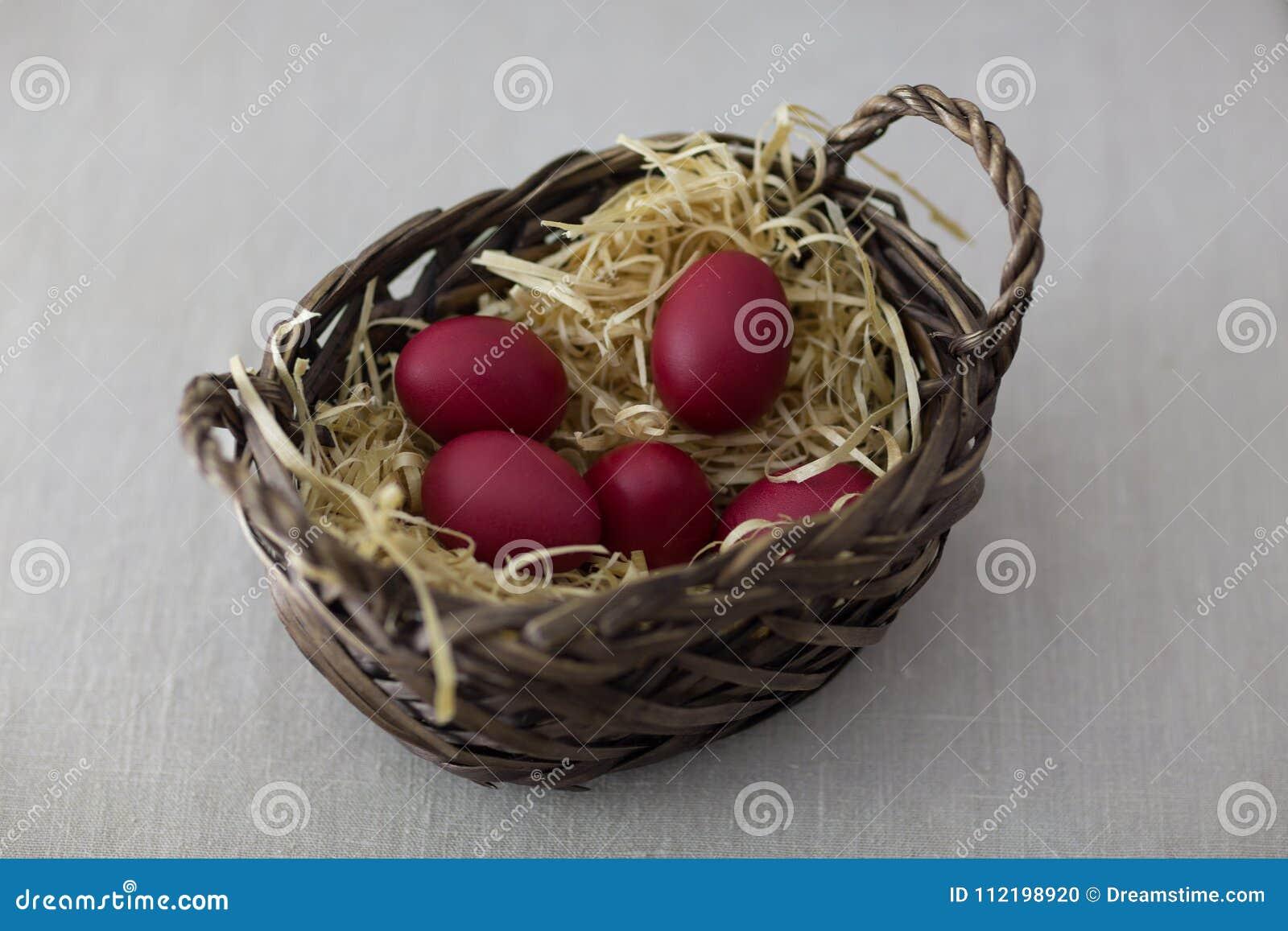 Uova di Pasqua In un cestino