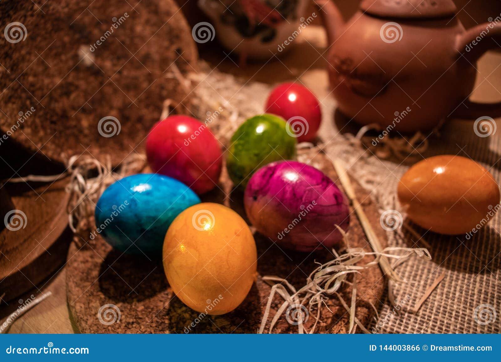 Uova di Pasqua variopinte con fondo di legno