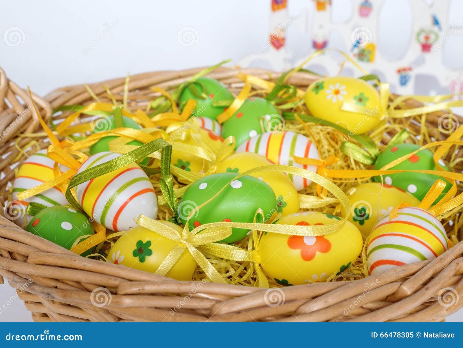 Uova dipinte decorate per pasqua con la merce nel carrello - Uova decorate per bambini ...