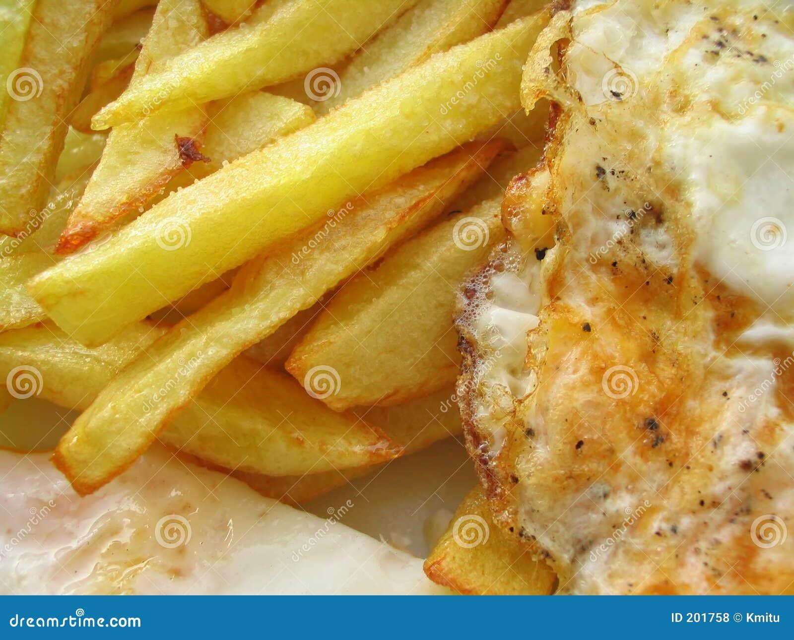 Uova fritte squisite con i chip
