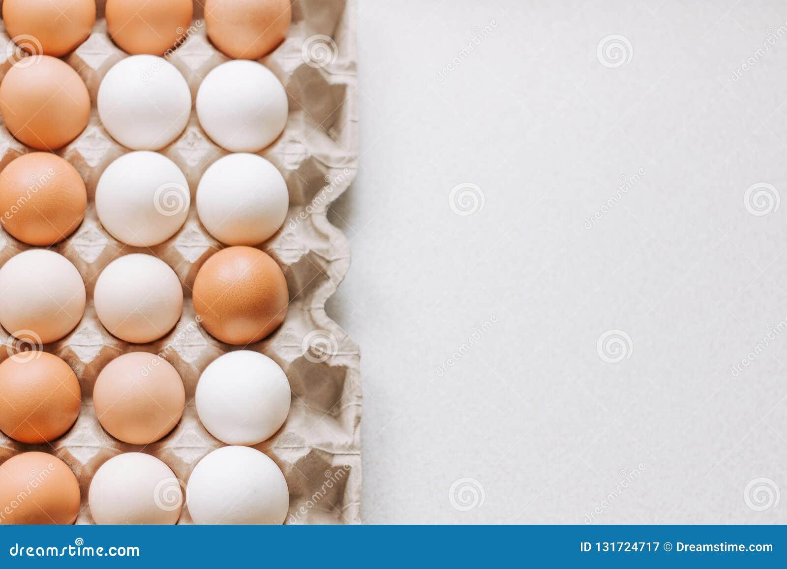 Uova nel pacchetto su un fondo leggero
