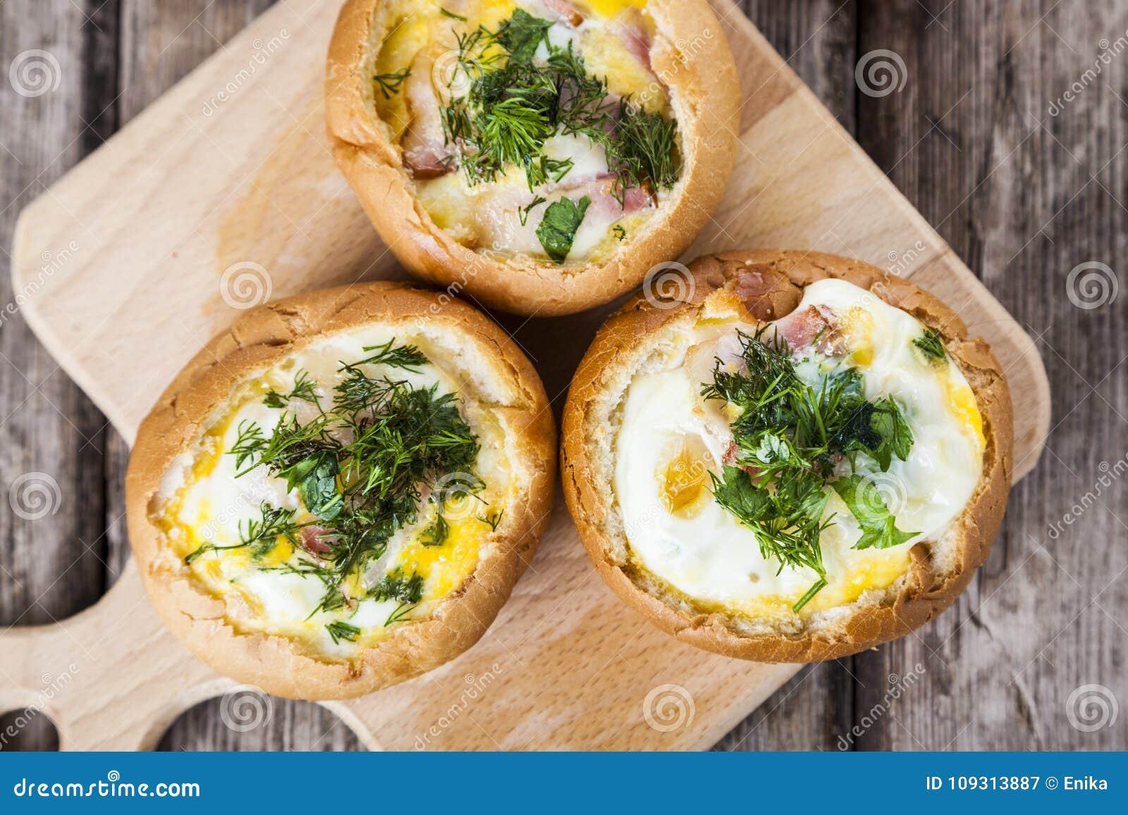 Uova rimescolate con bacon in un panino