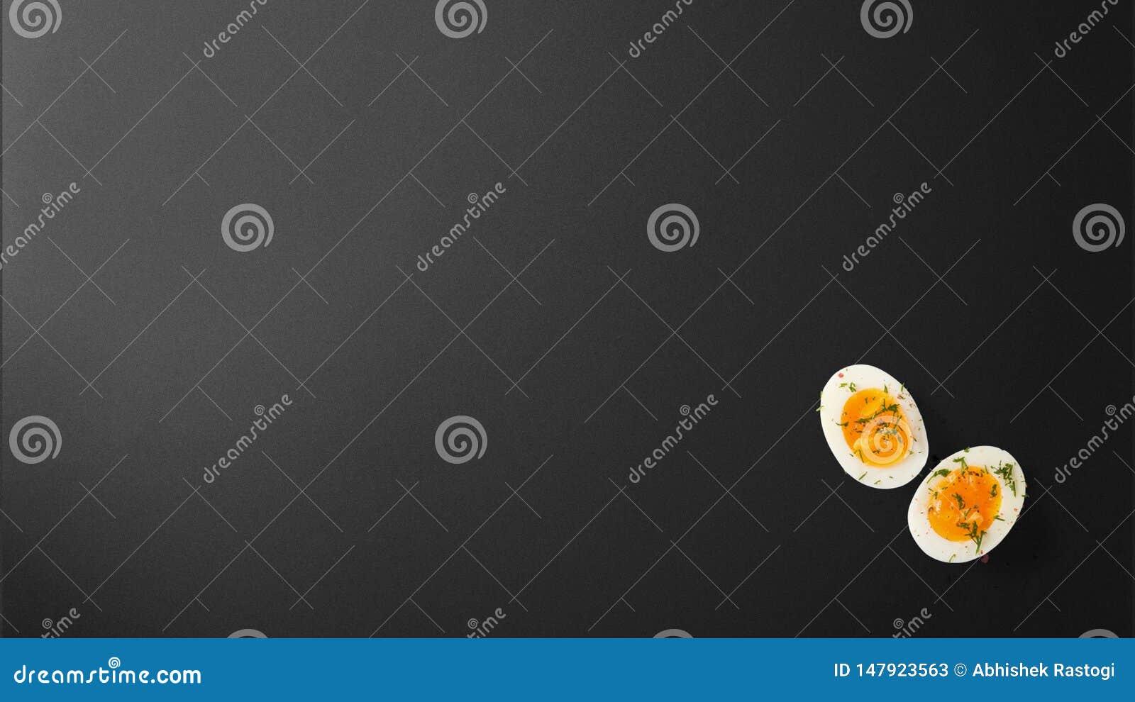 Uovo con le spezie su fondo nero