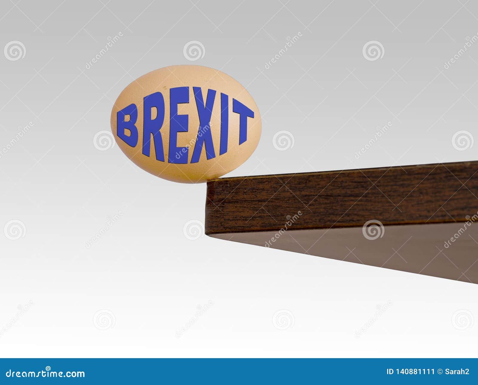 Uovo di Brexit che barcolla sul bordo bordo Rischio, concetto del pericolo o metafora Politica BRITANNICA di UE