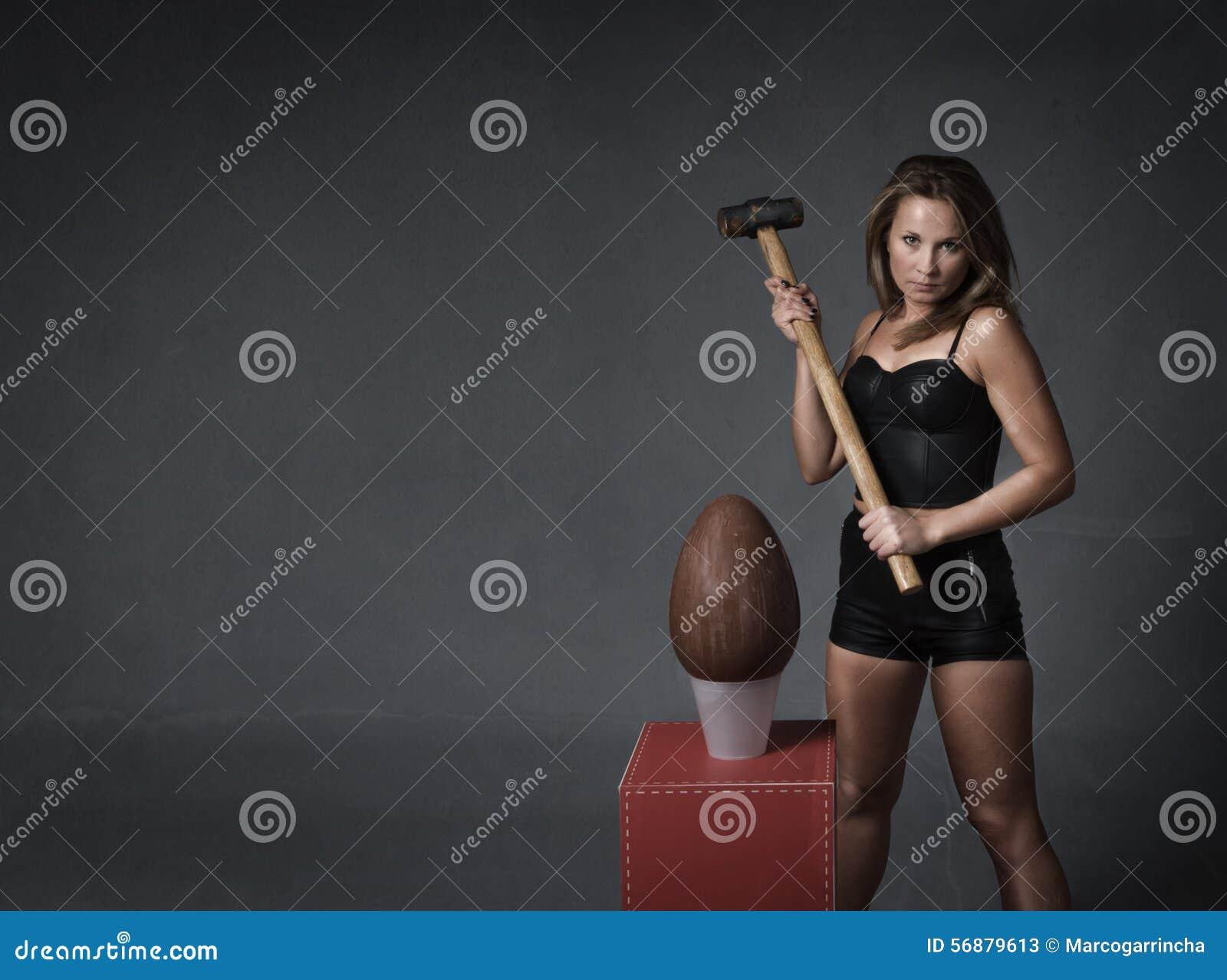 Uovo di Pasqua di colpo della ragazza