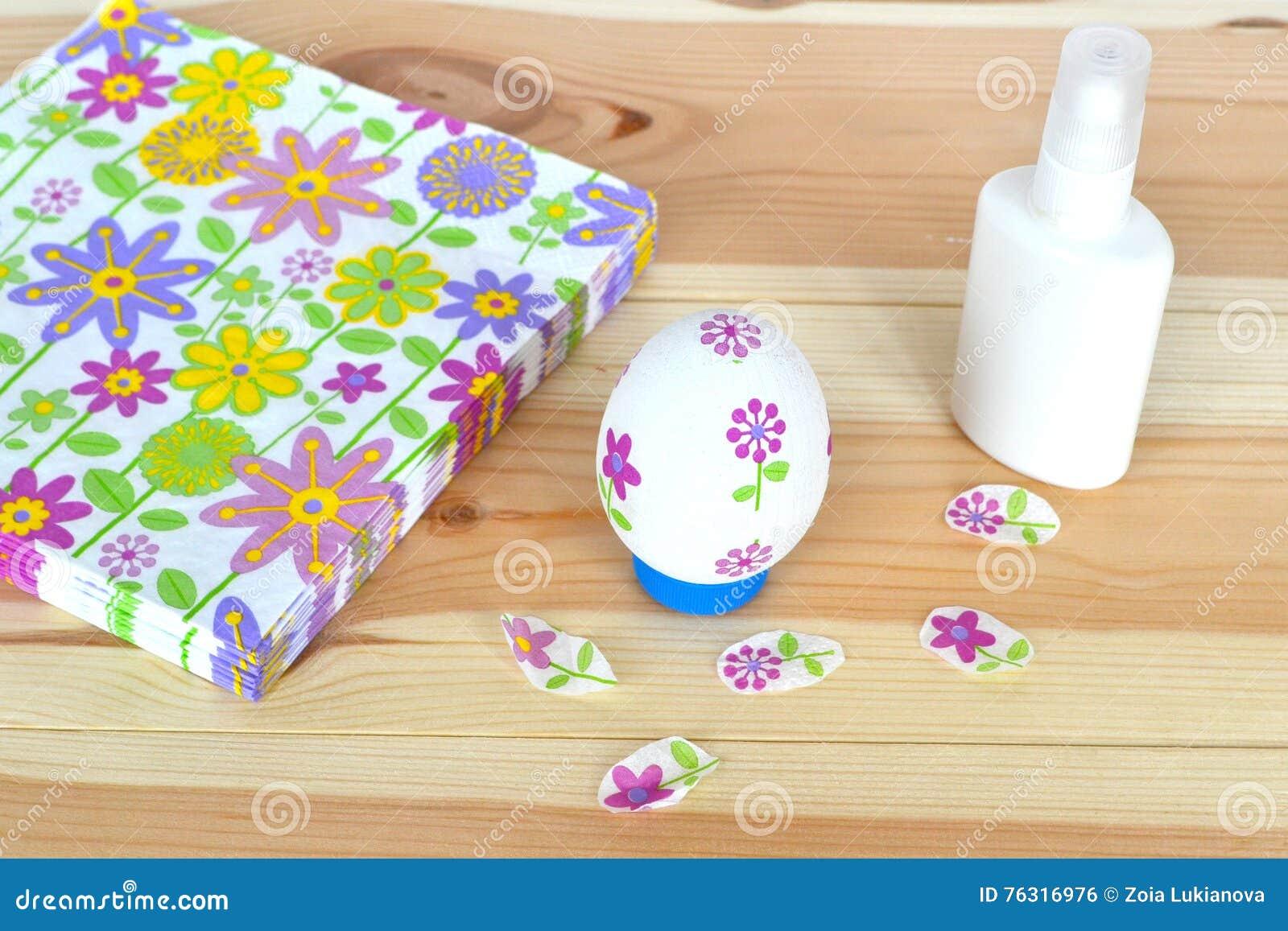 Uovo di pasqua di decoupage colla tovaglioli con un - Modello di uovo stampabile gratuito ...