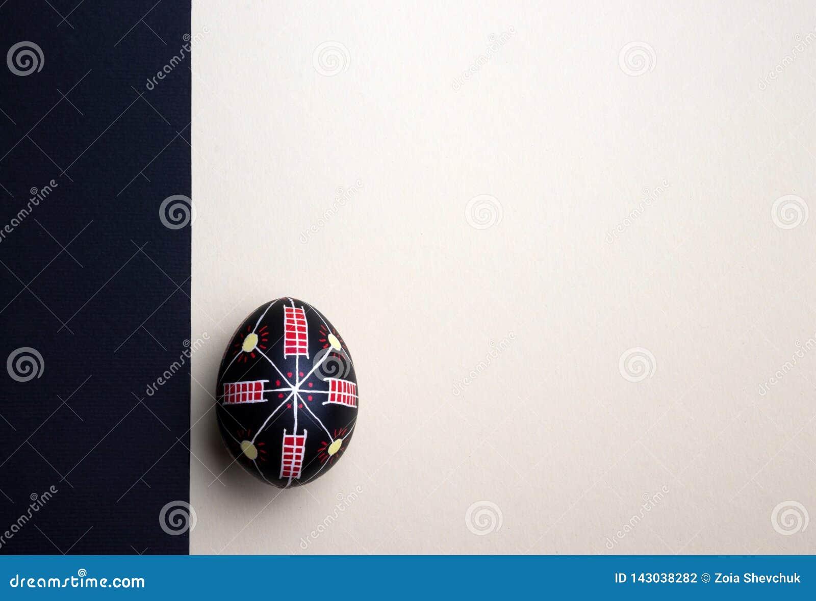 Uovo di Pasqua fatto a mano etnico perfetto Decorato con i modelli Priorità bassa festiva