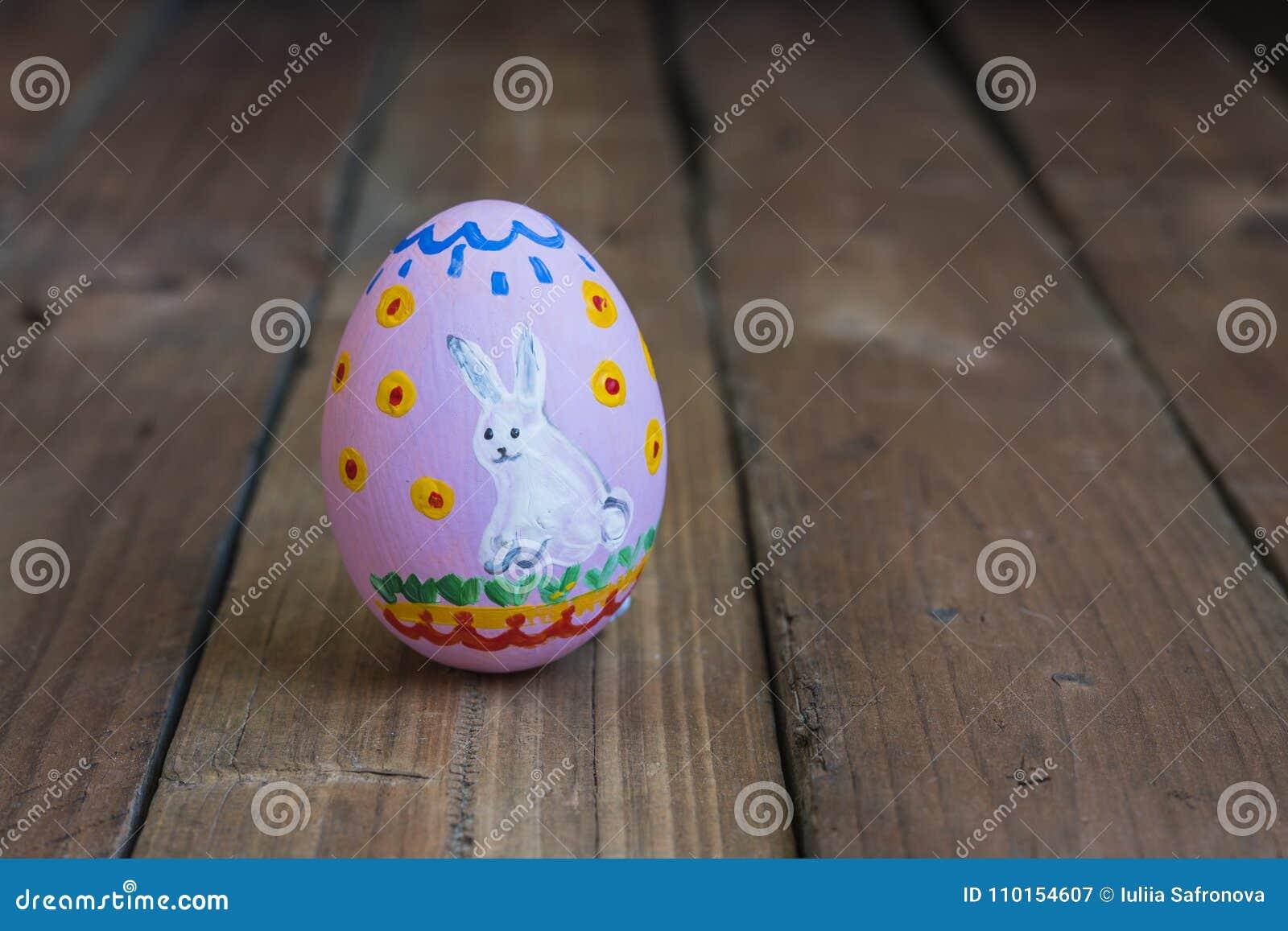 Uovo Dipinto Del Pollo Di Pasqua Disegno Di Un Coniglio Bianco