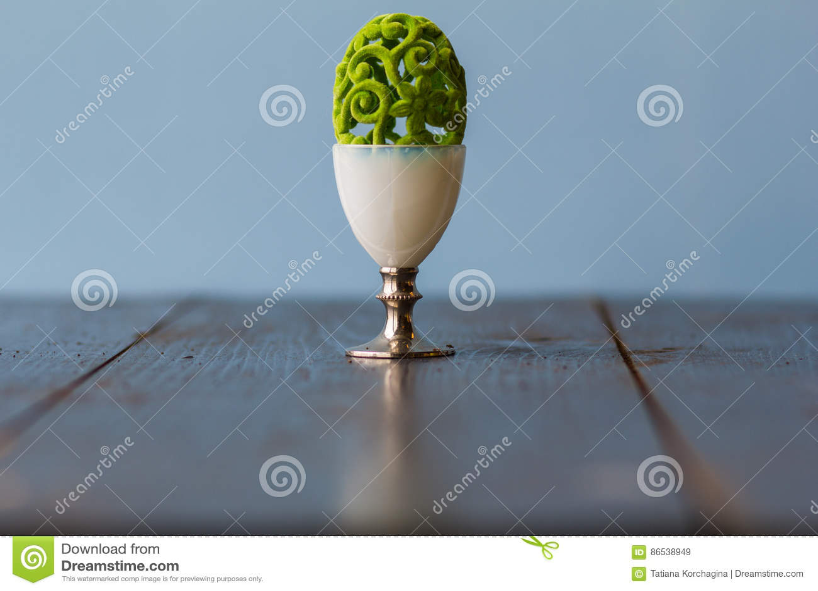 Uovo openwork decorativo delicato bizzarro di Pasqua in un uovo speciale