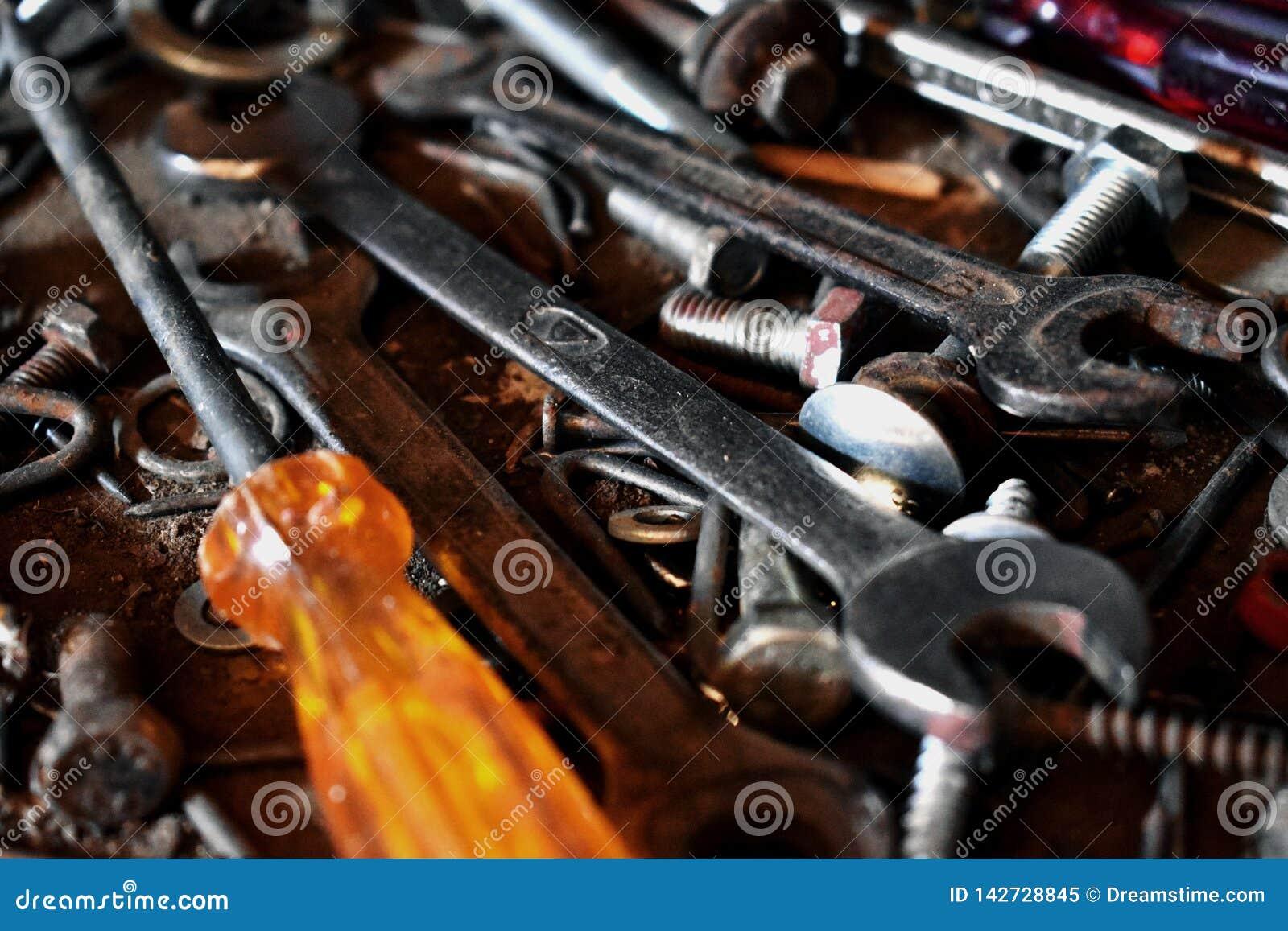 Upaćkana wiązka narzędzia na stole
