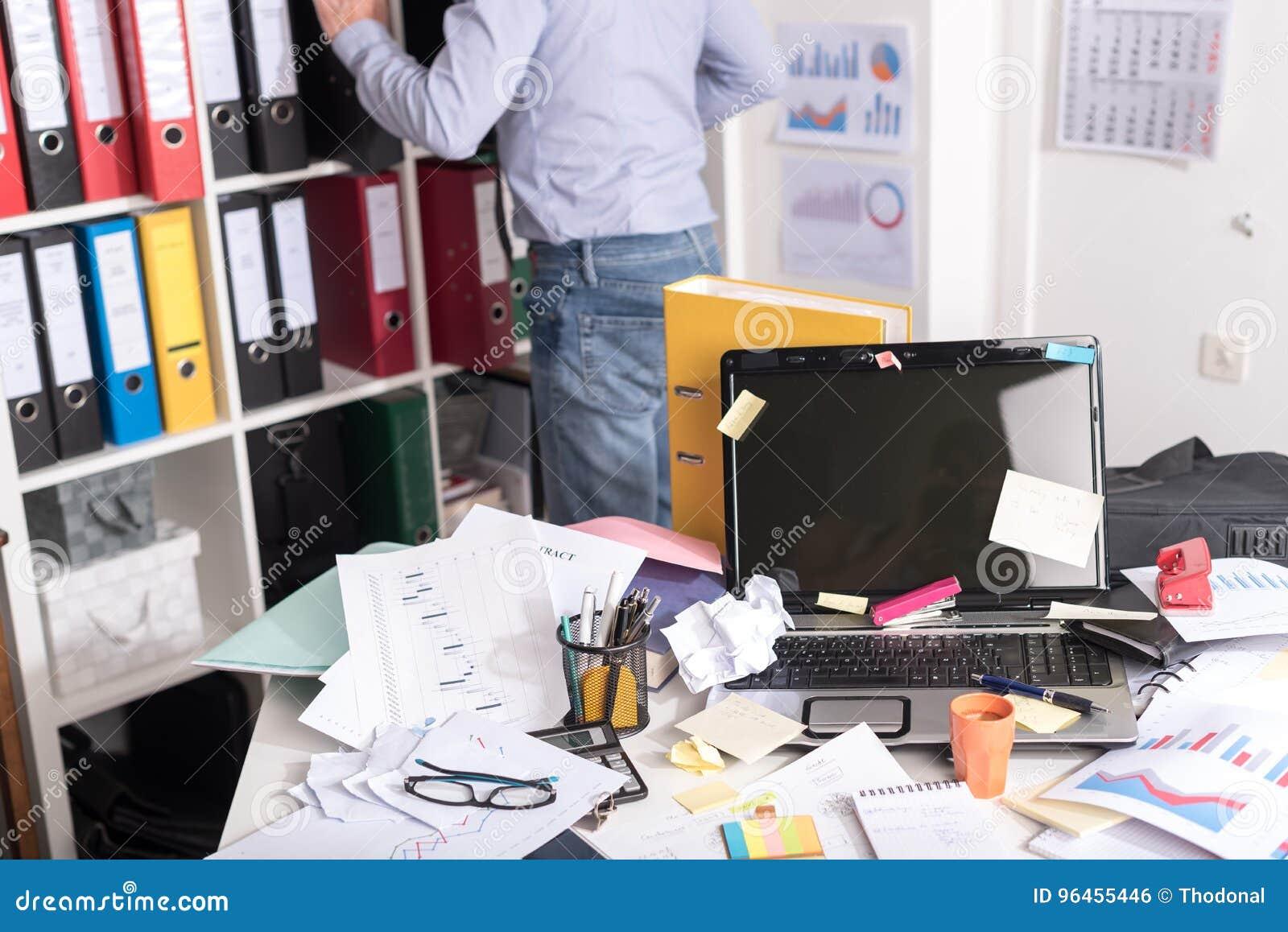Upaćkany i cluttered biurko