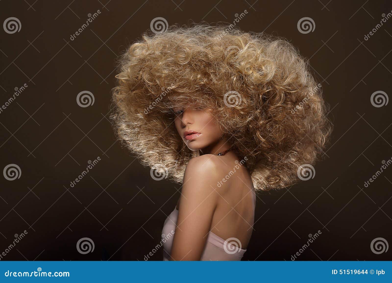 Updo De Stijl van de mode Vrouw met Futuristisch Kapsel