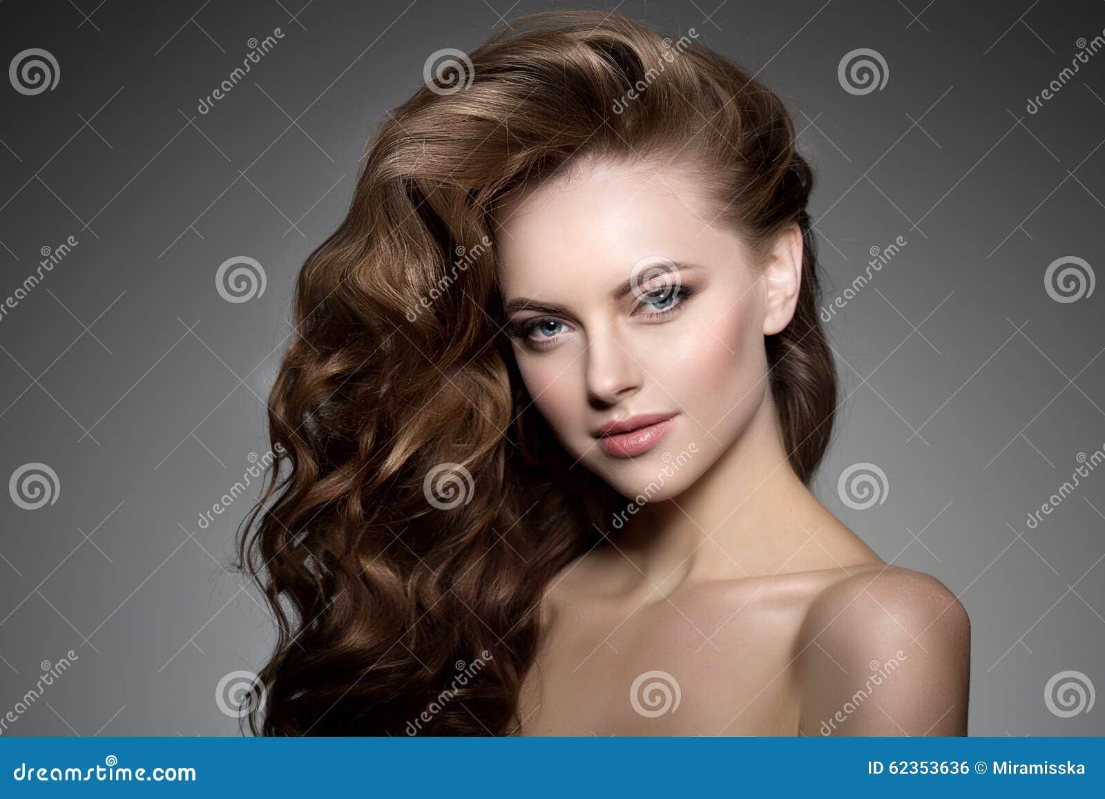 头发长的设计 波浪卷毛发型 发廊 updo 与发光的头发的时装模特儿 有图片