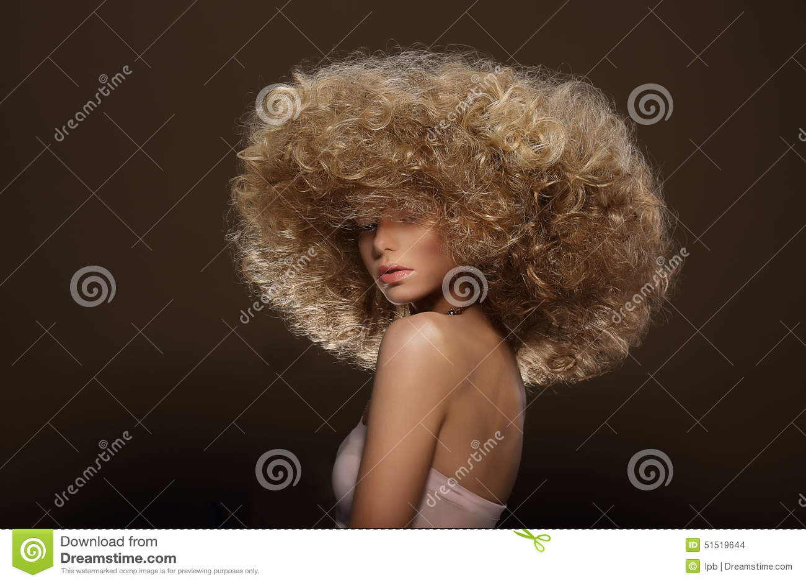Updo Mode utformar Kvinna med den futuristiska frisyren