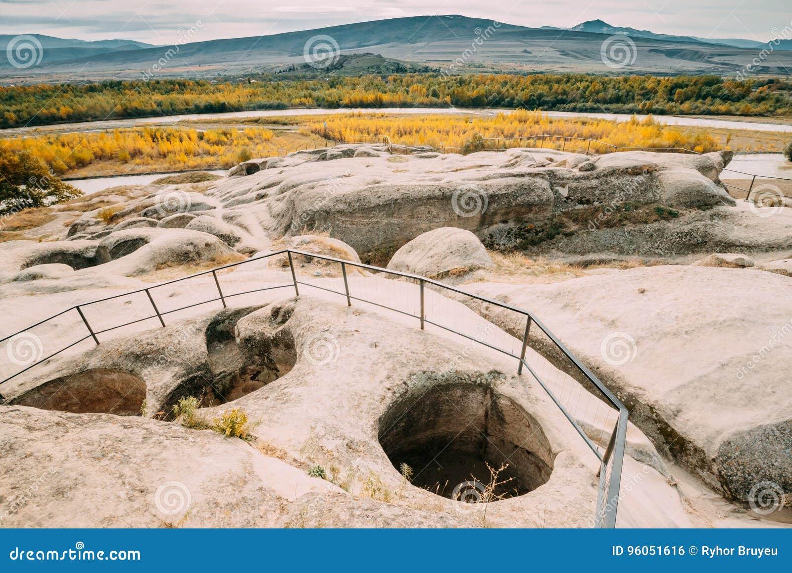 Uplistsikhe, région de Shida Kartli, la Géorgie Restes d autel dedans