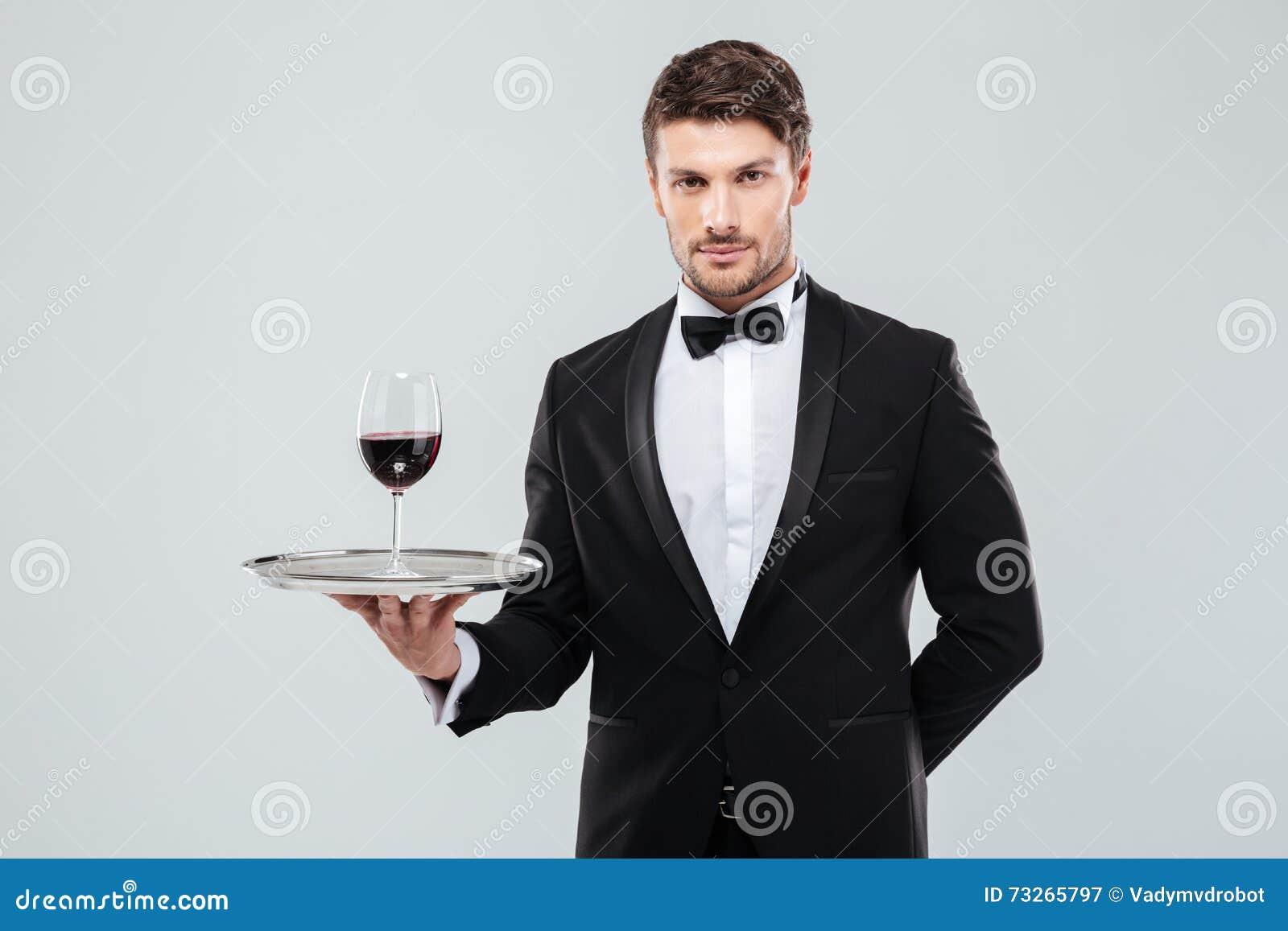 Uppassare i hållande exponeringsglas för smoking av rött vin på magasinet