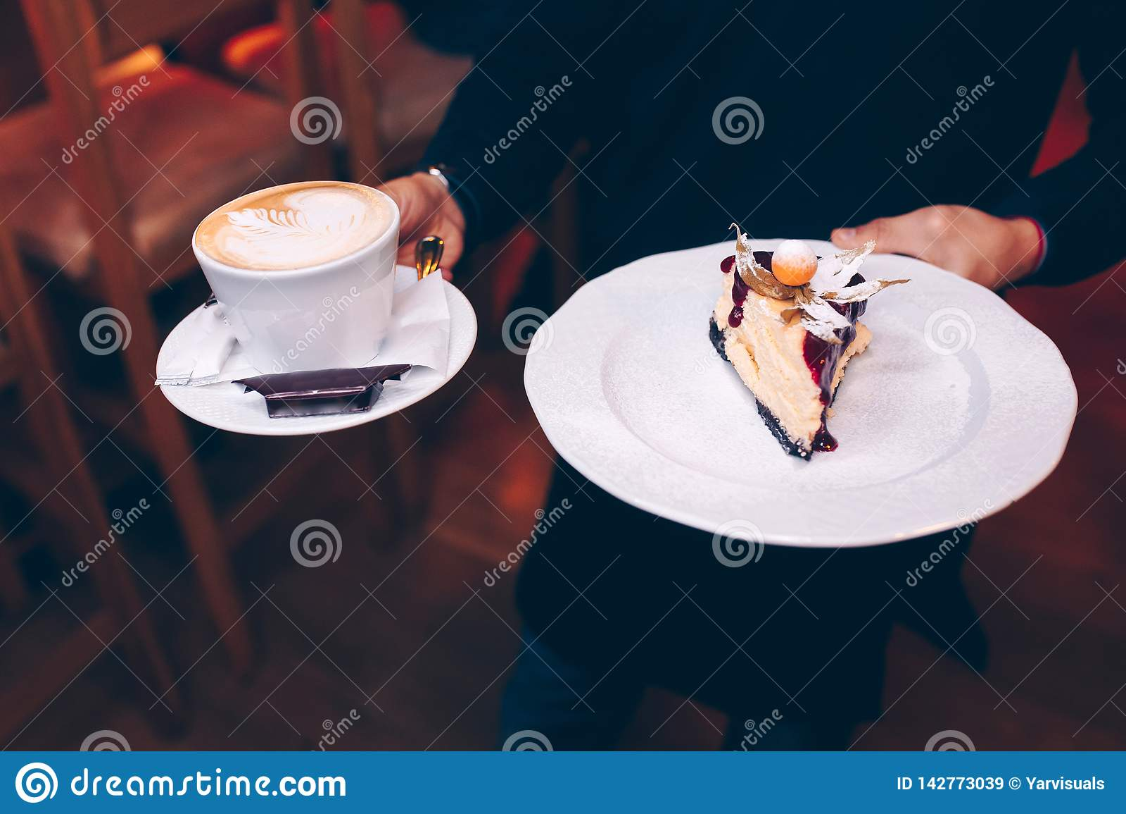 Uppassareportionmagasinet med läcker smaklig kaffeespresso, stänger sig upp sikt syrlig rymmande pannkaka för efterrättkokkonst i