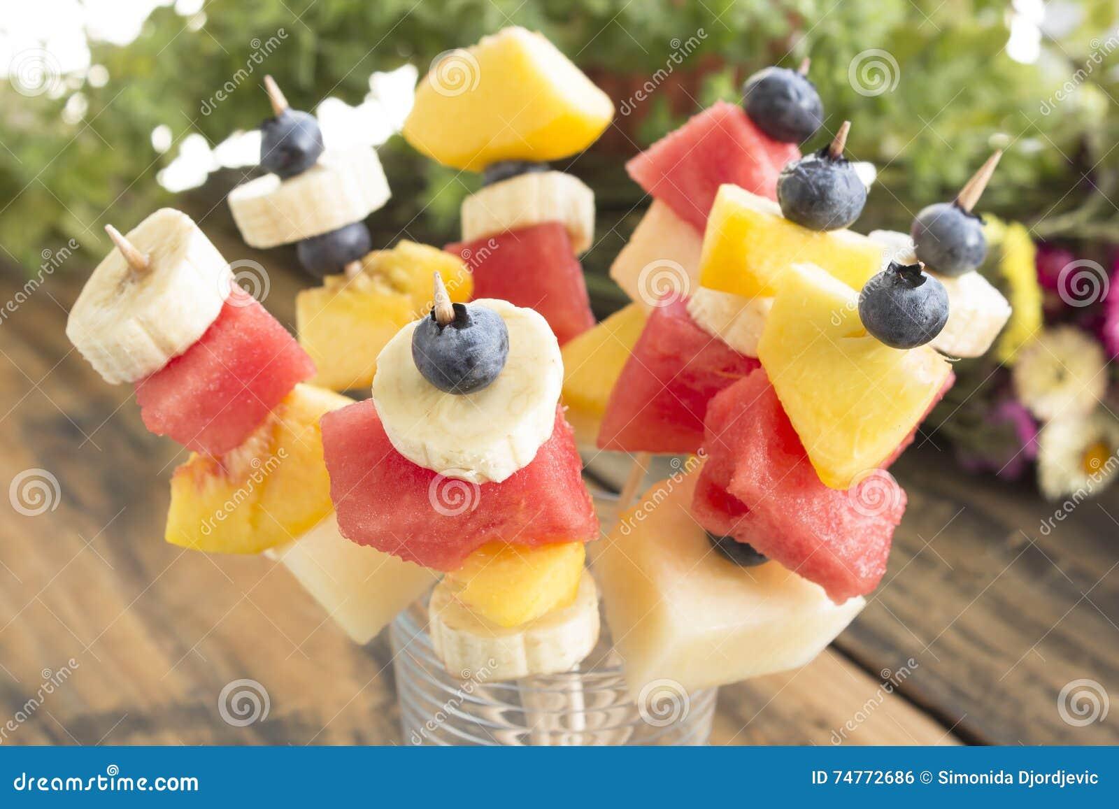 Uppfriskande fruktsteknålar - fruktmellanmål