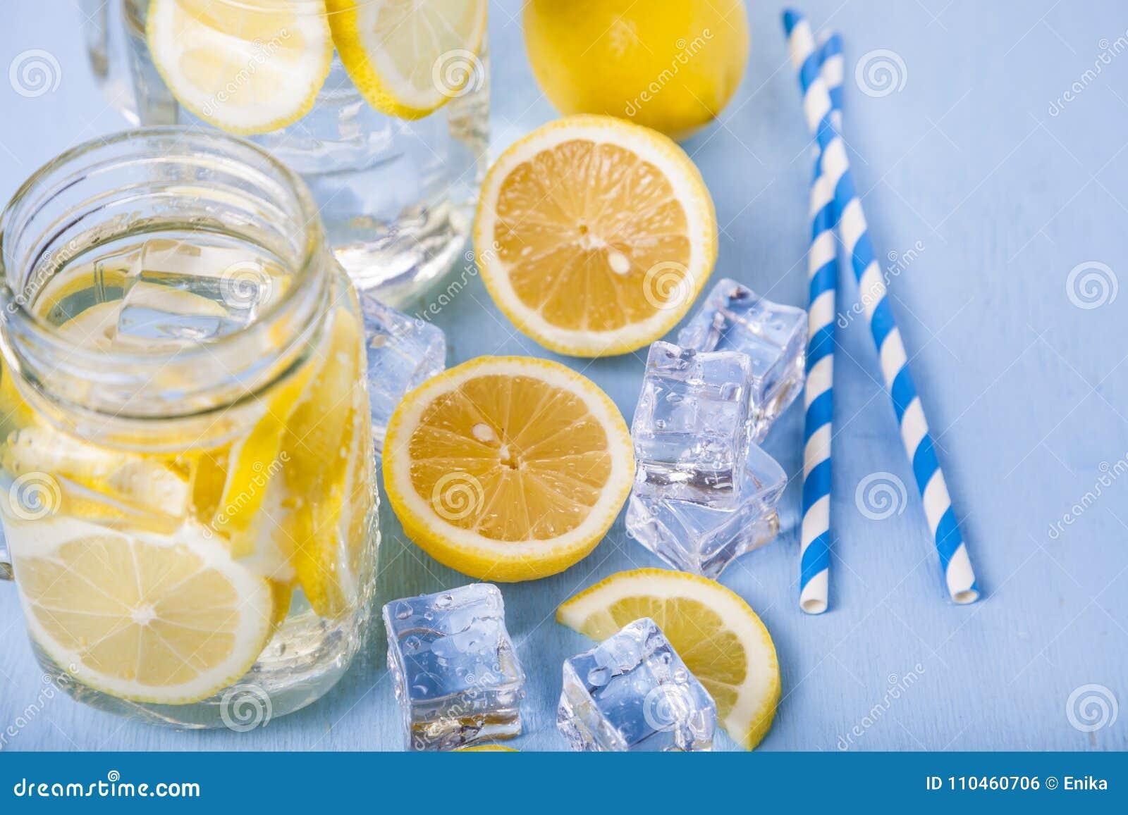Uppfriskande iskallt vatten med citronen