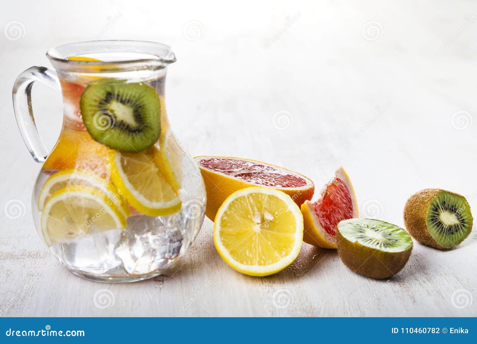 Uppfriskande iskallt vatten med citronen, kiwin och grapefrukten